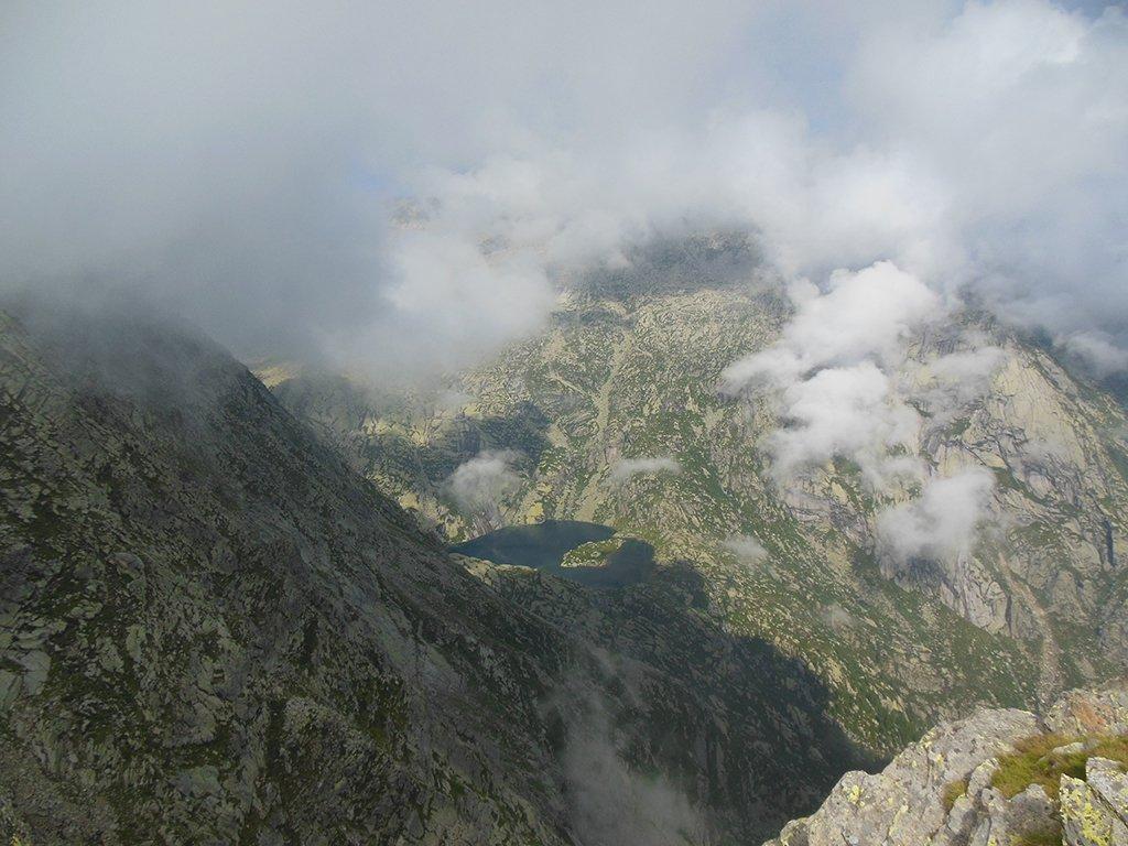 Una raro momento di buona visibilità percorrendo la dorsale: Il Lago Lazin