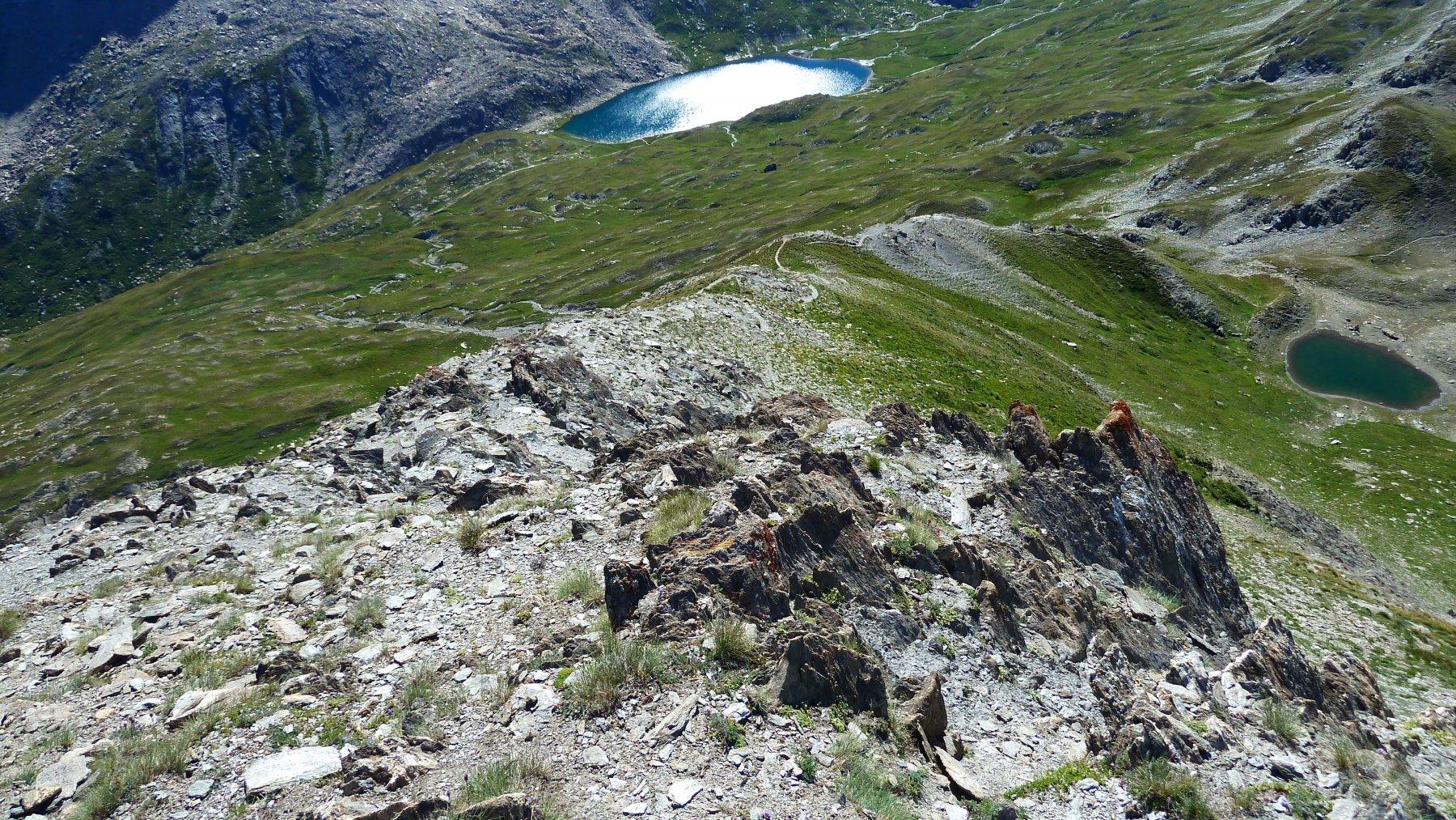 il sentiero che scende verso i laghi