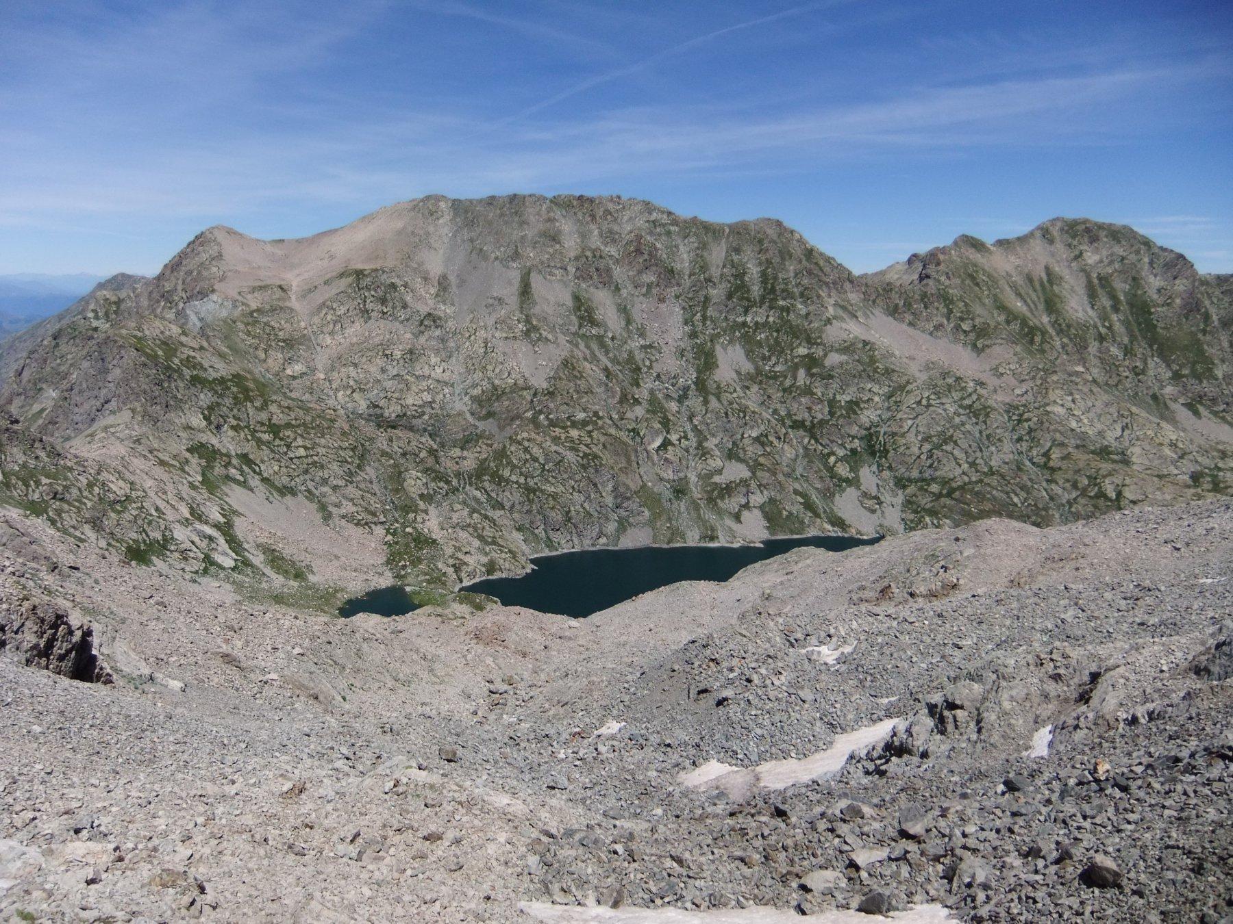 Sopra il lago , a sinistra la Cima Ovest e la Cima Est de l' Agnel