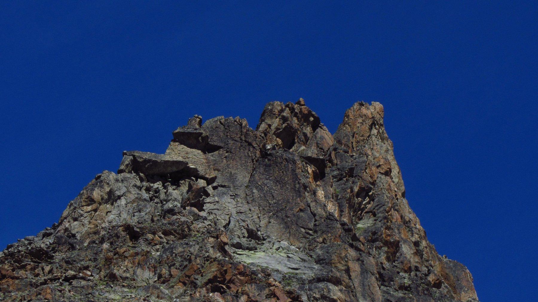Uno dei primi ostici torrioni incontrati all'inizio della cresta
