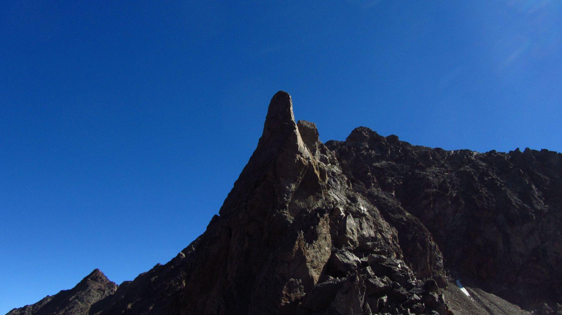 Il torrione appena dopo la breccia dove il Cardellina dice di superare una placca sul filo di cresta con arrampicata di II grado....