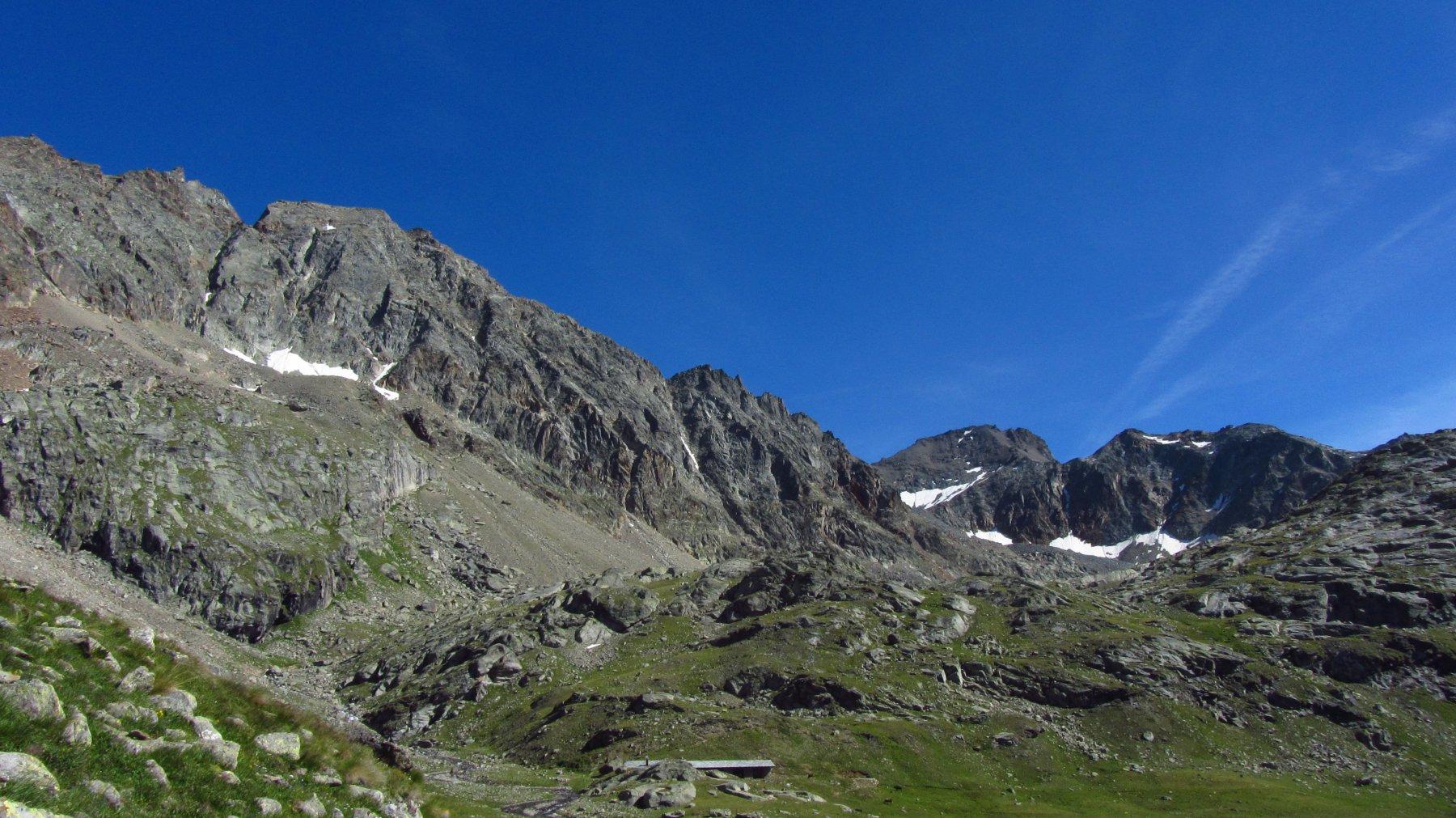 Da sinistra a destra, la cresta osservata nel suo insieme