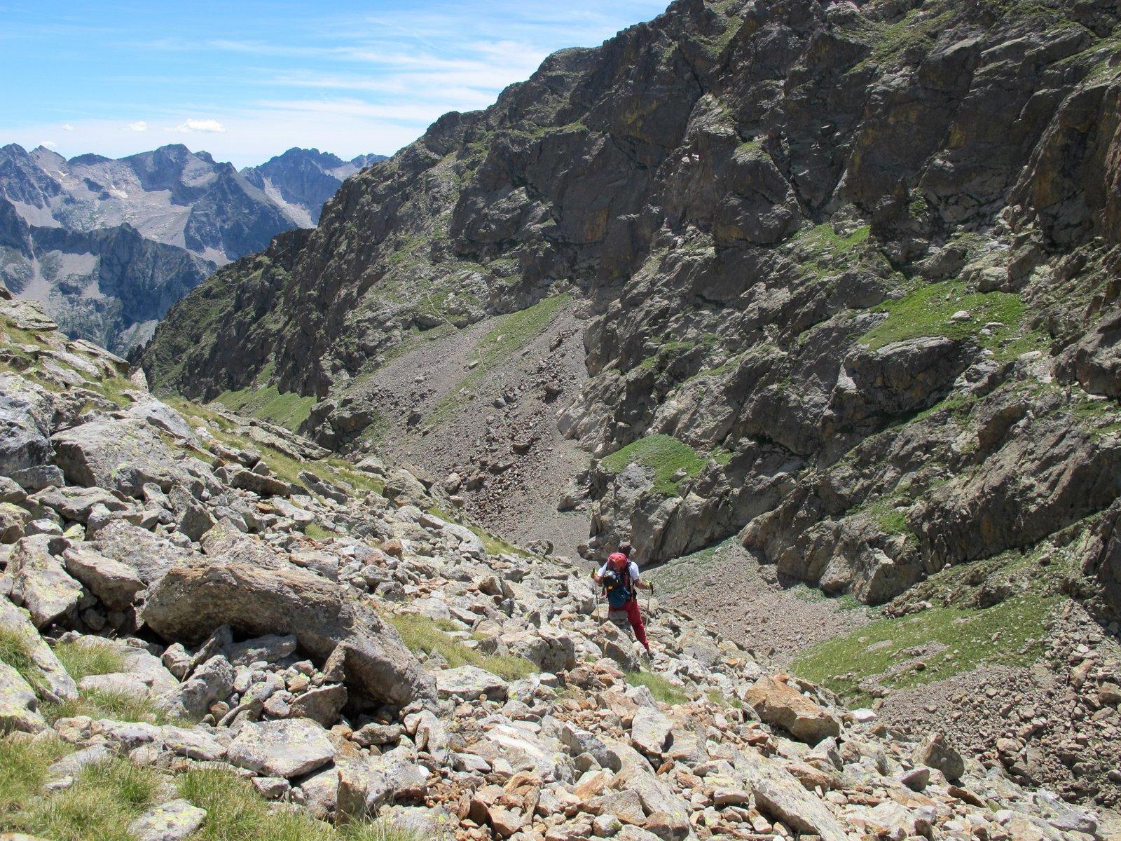 Al ritorno, discesa sul Passo Cabrera, sul versante opposto è visibile il sentiero che risale alla mulattiera N17