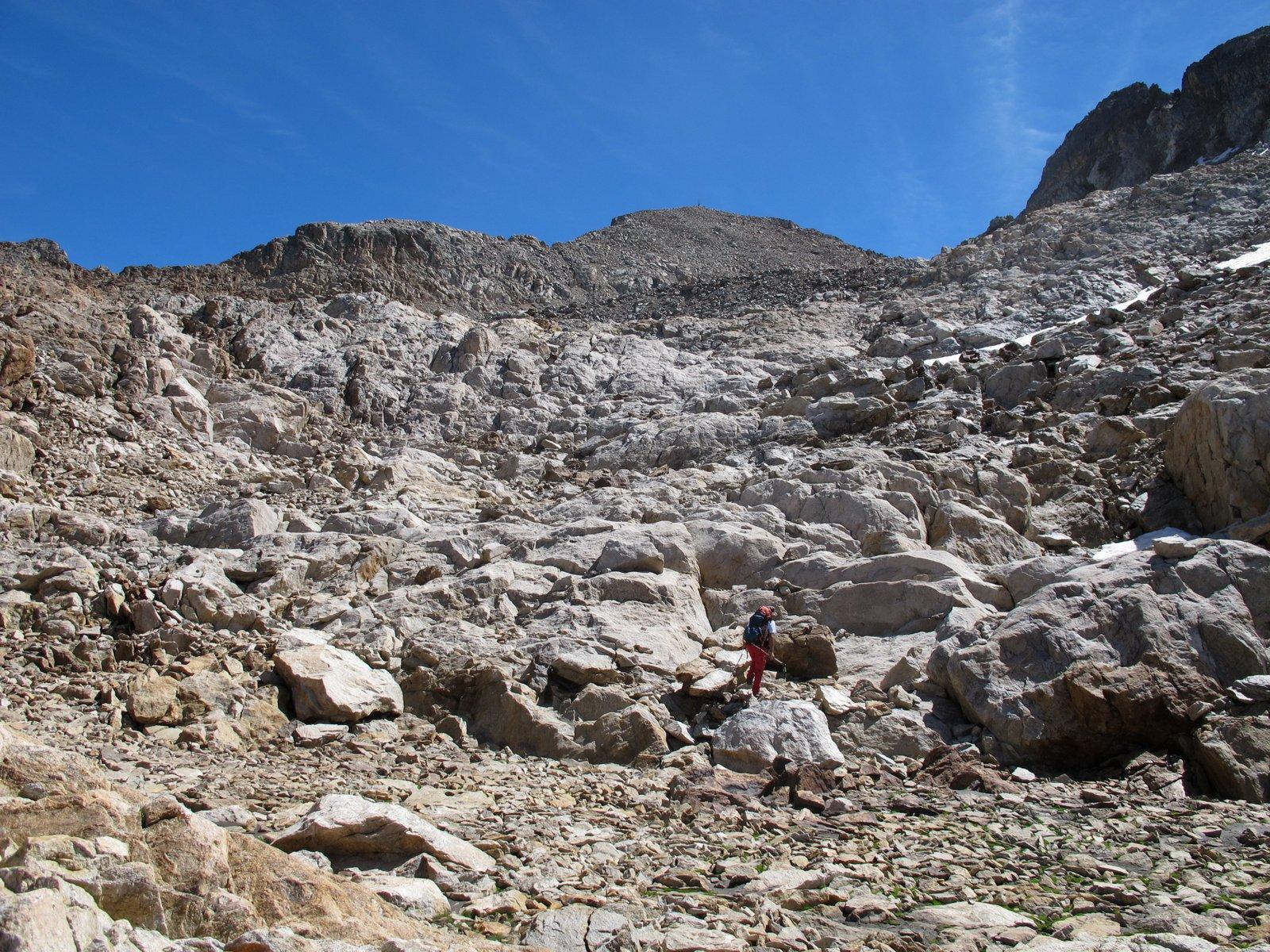 Il gigantesco macereto finale, poco sotto la vetta l'ultimo dosso di pietrame più ripido prima della conca
