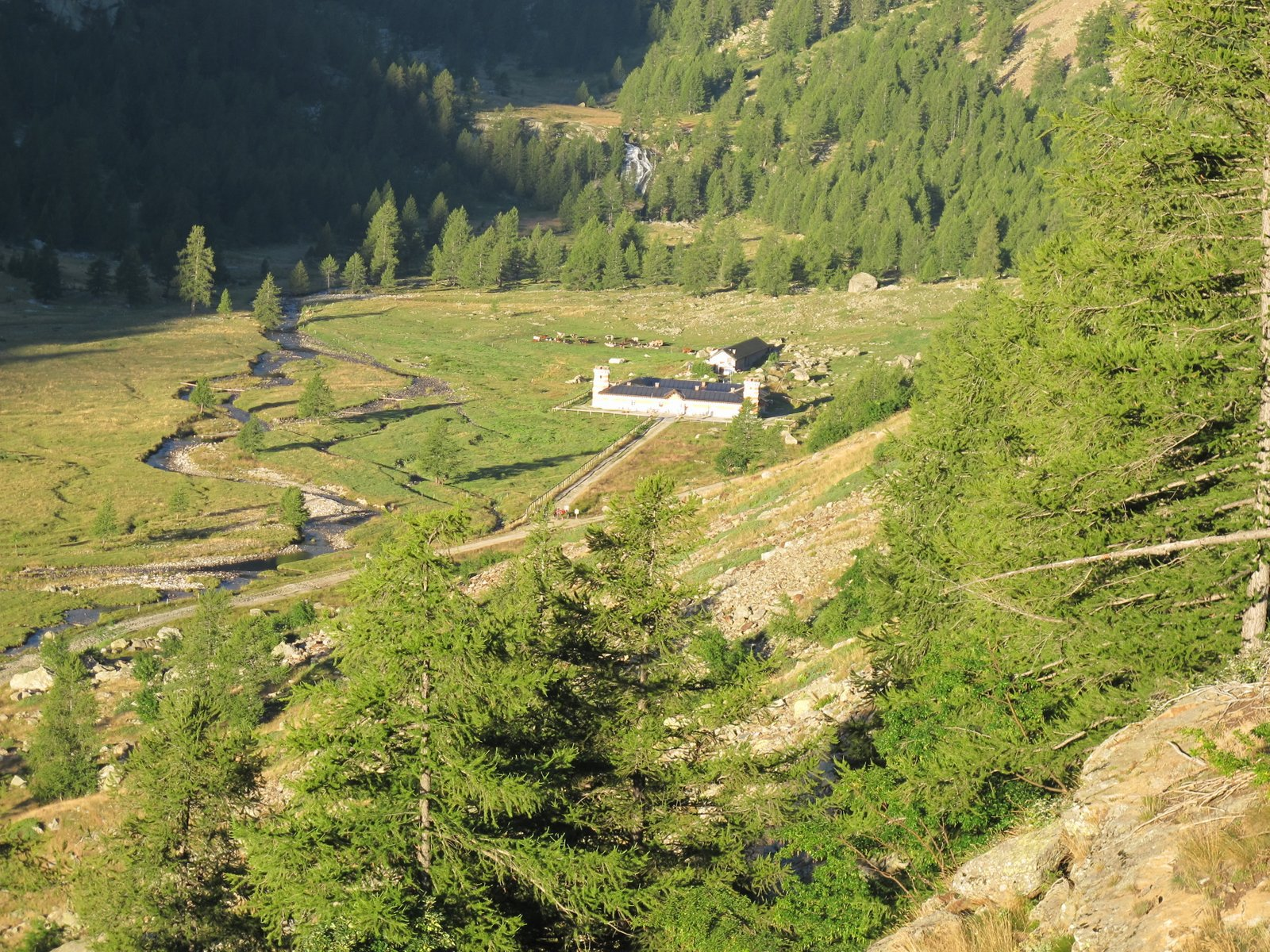 Rifugio e Pian Valasco da poco sopra il bivio per il Colle Valmiana