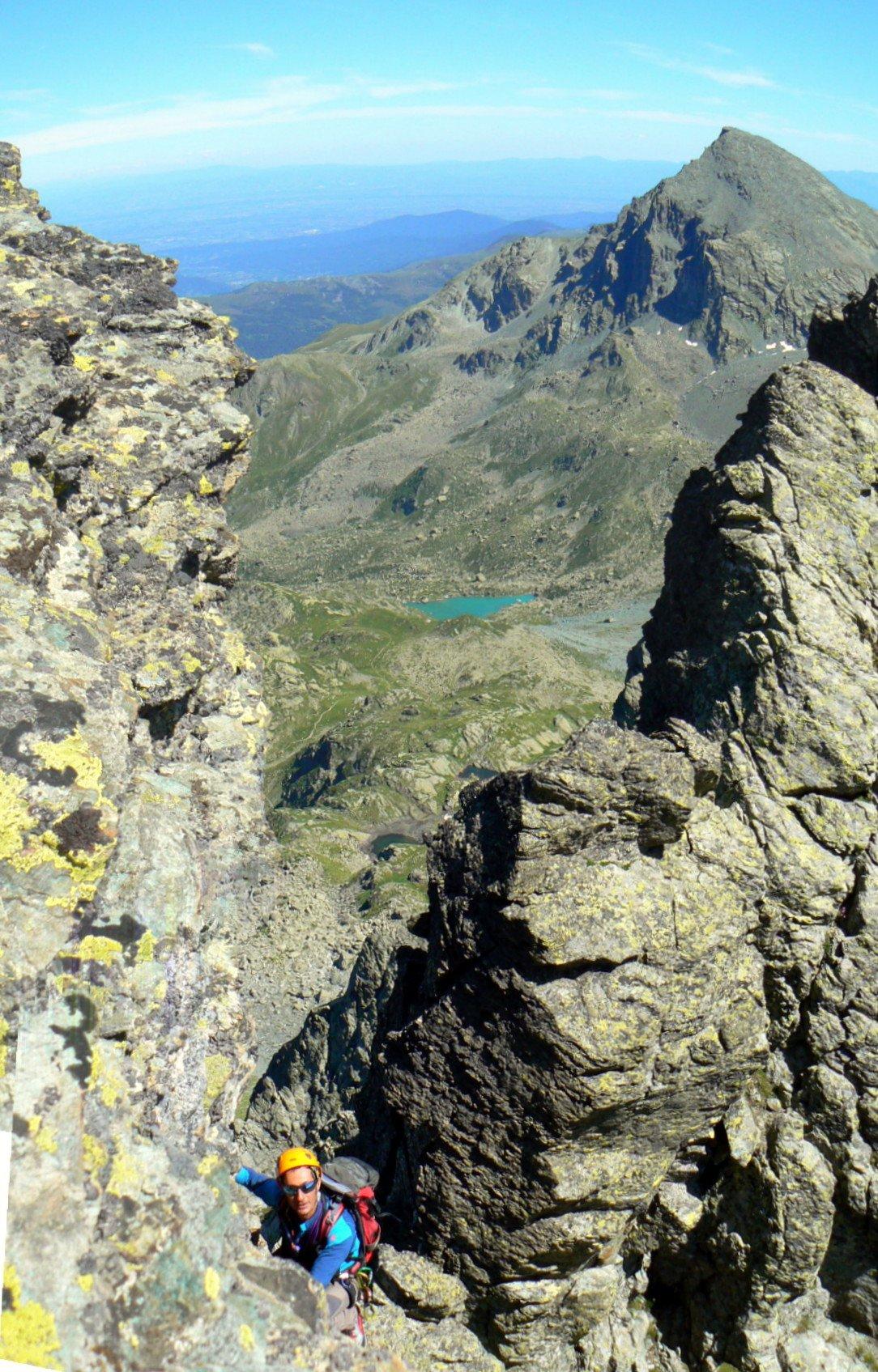 Tra un torrione e l'altro, con il lago Chiaretto sullo sfondo.