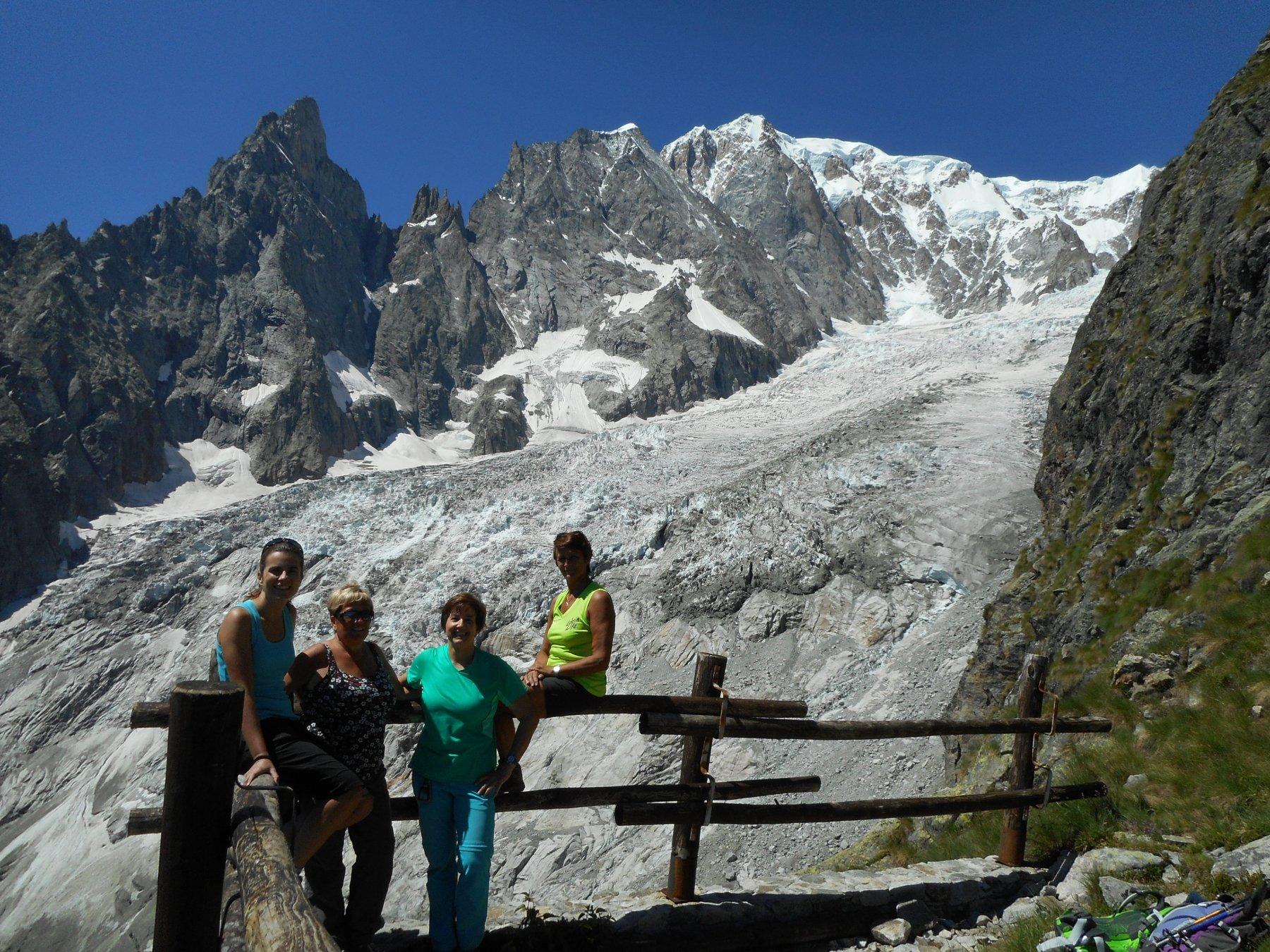 Laura, Paola Alesandra e Daria, ghiacciaio della Brenva, a sx Aiguille Noire de Peuterey