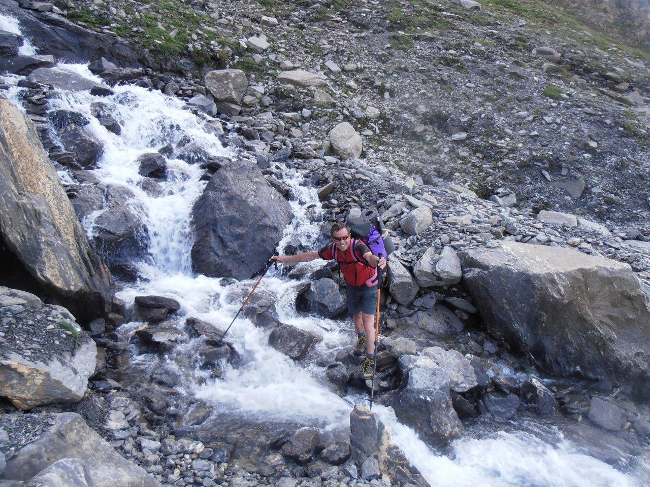 04 - guado del torrente che scende dal ghiacciaio