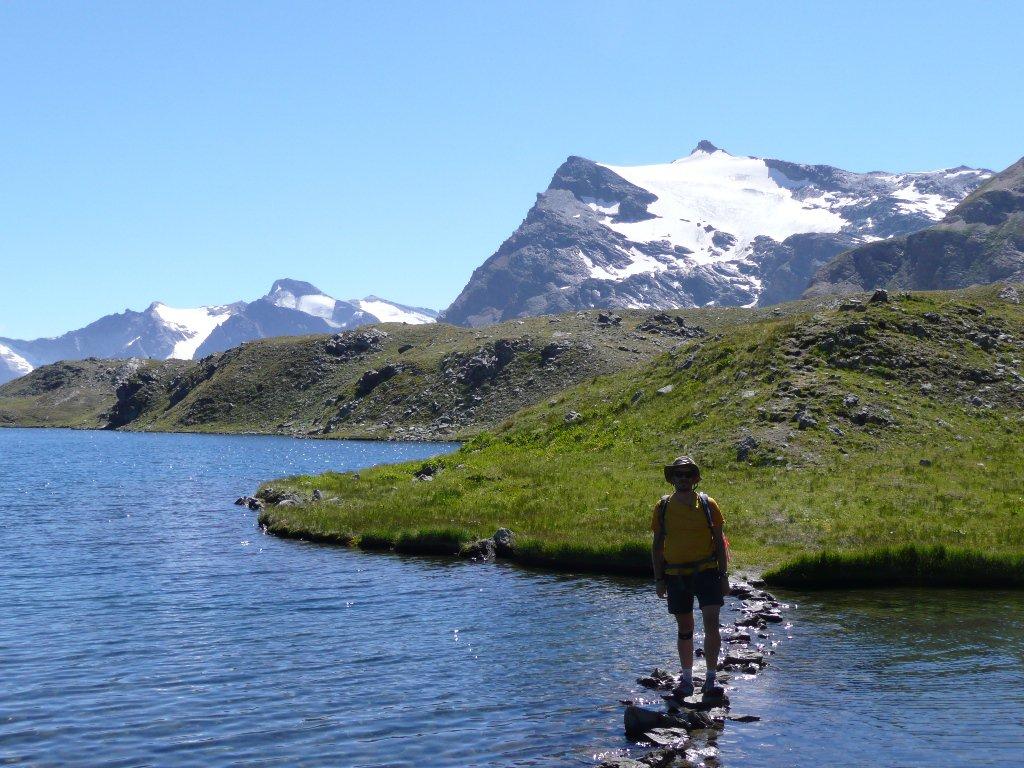 Isola del lago più grande e ponte di pietre, ghiacciaio e Punta Basei sullo sfondo