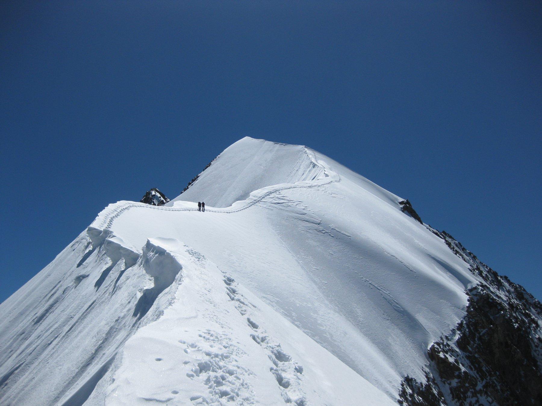 Gianni S. e il figlio Federico, sulla cresta più famosa delle Alpi centrali.