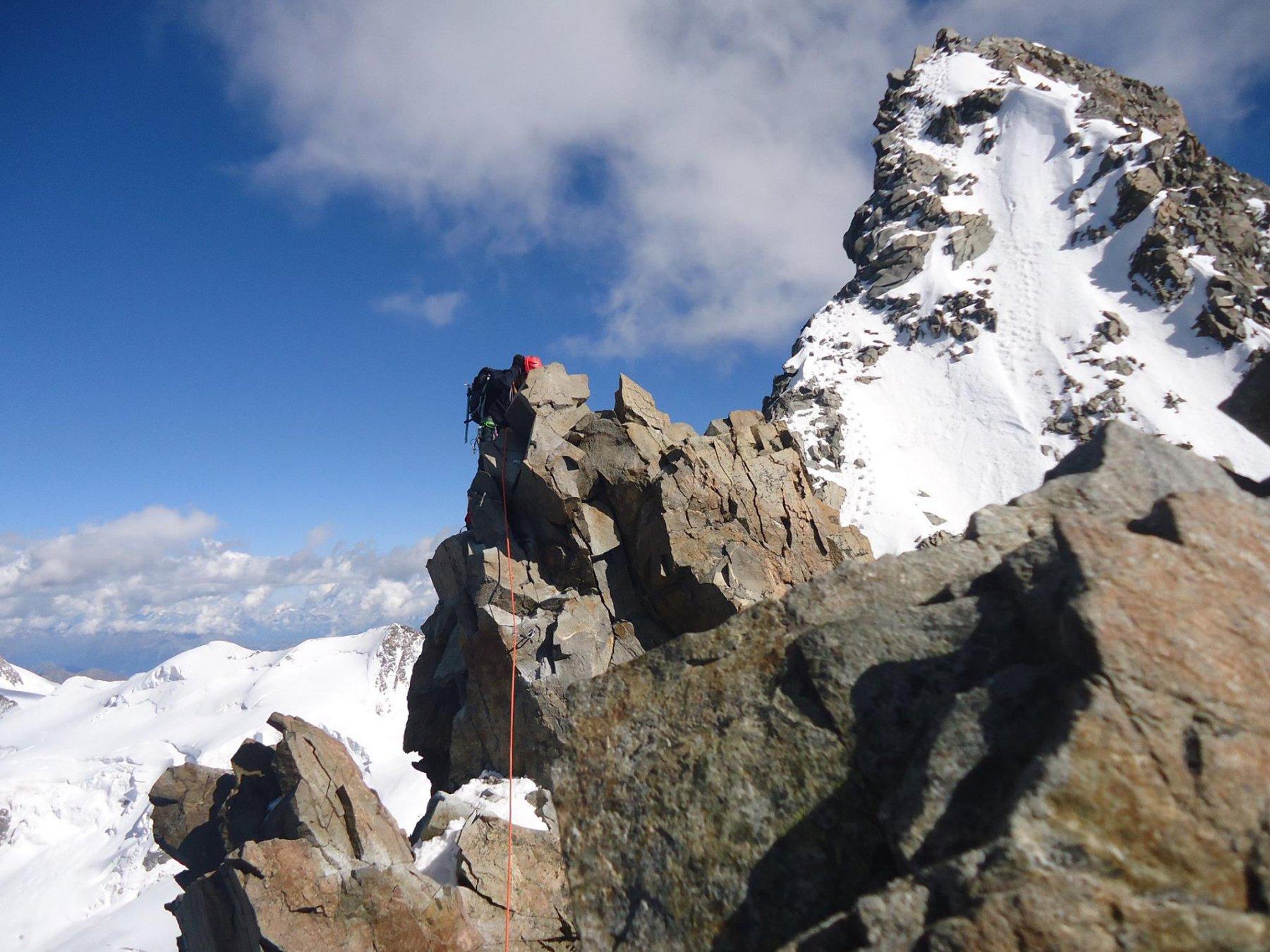 Verso l'attacco dell'ultimo torrione, prima della vetta svizzera del Bernina.