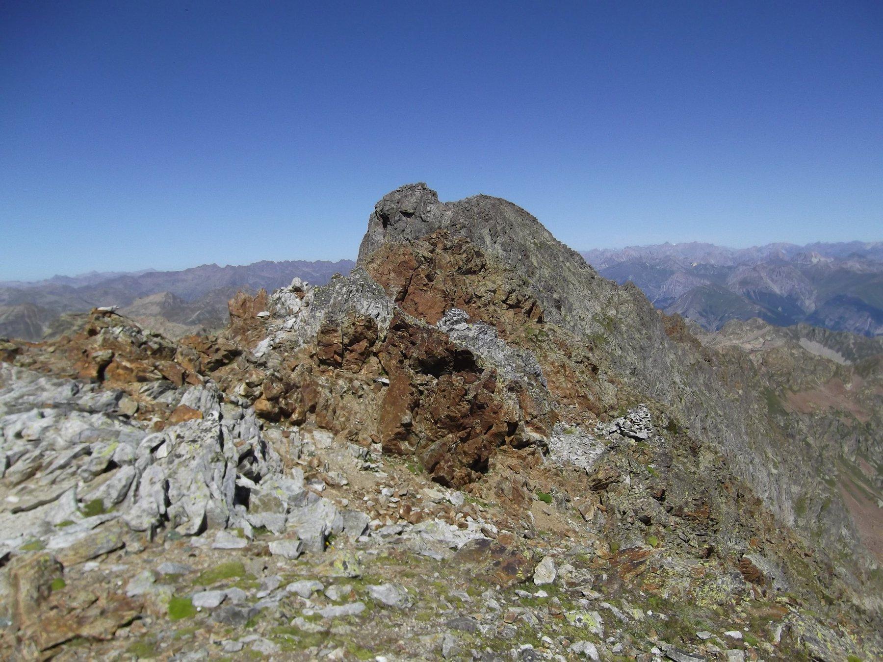 In fondo la Rocca con il percorso presso la cresta.