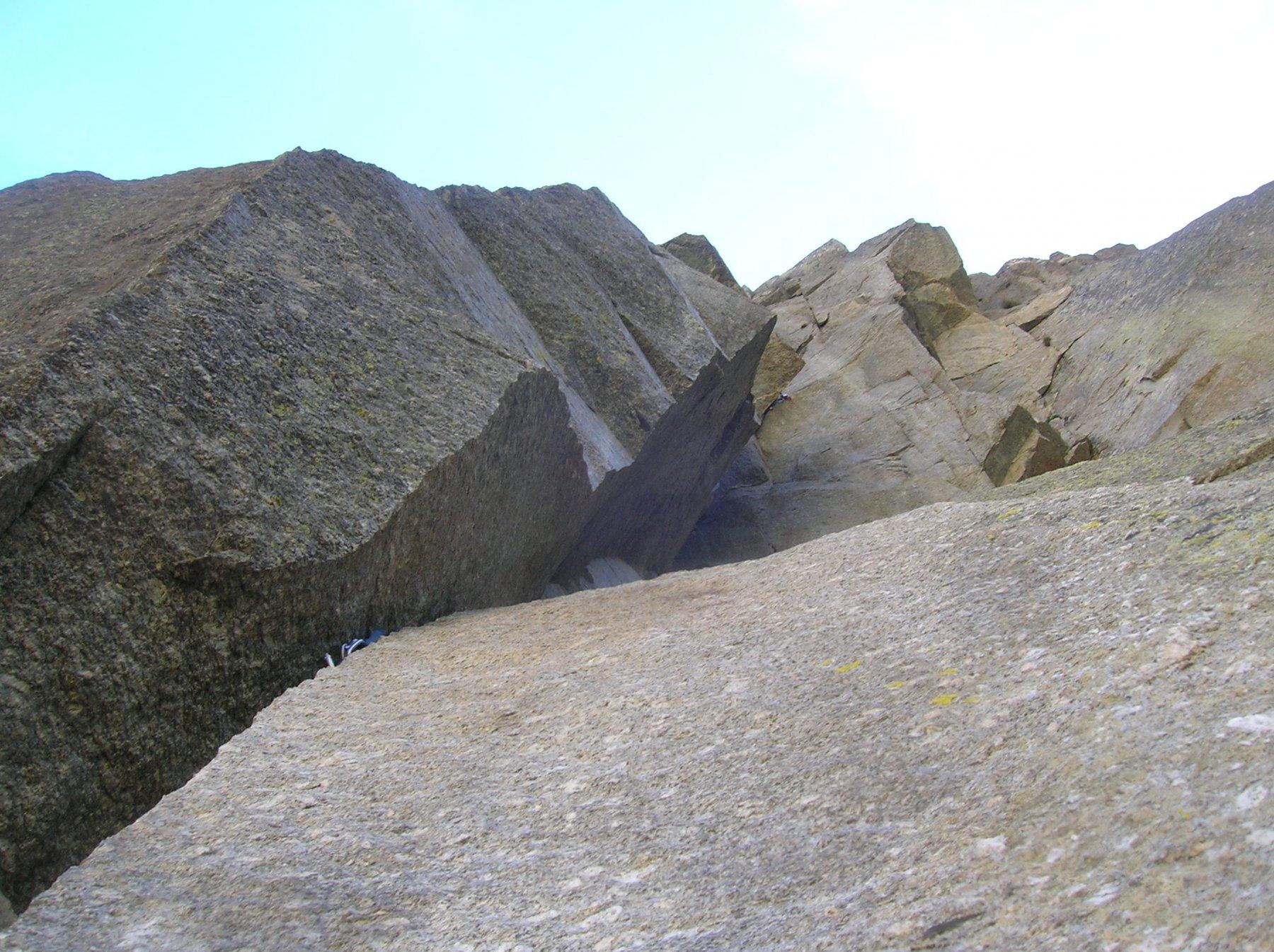 L'articolata e fessurata roccia del settore sx