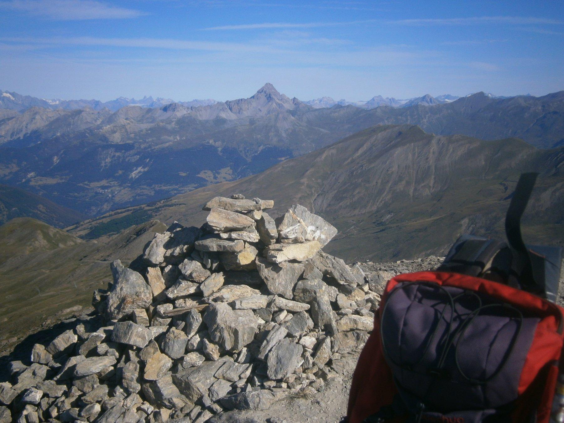 In vetta con sfondo Pic de Rochebrune