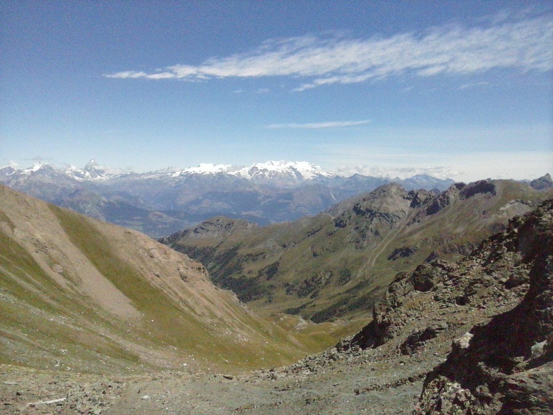 arrivati al colle..vista sul versante opposto ,a fare da sfondo panorama sul gruppo del Rosa e sul Cervino...