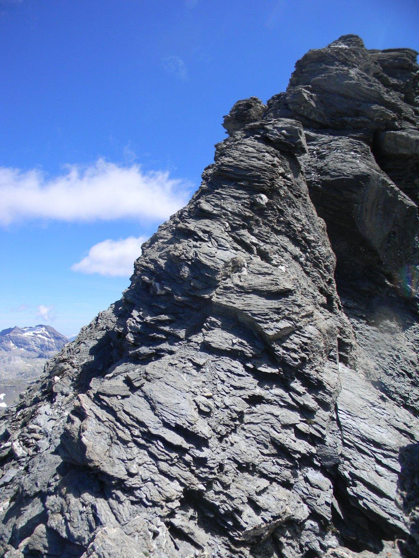 inizio del traverso esposto, tutto a sx, in alto la vetta con la sua cresta fuori via.
