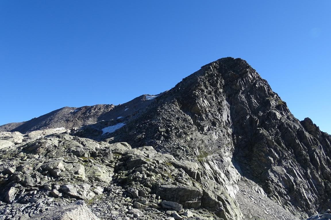 il Pizzo Mondelli in primo piano ed il lungo percorso in cresta che conduce all'Antigine