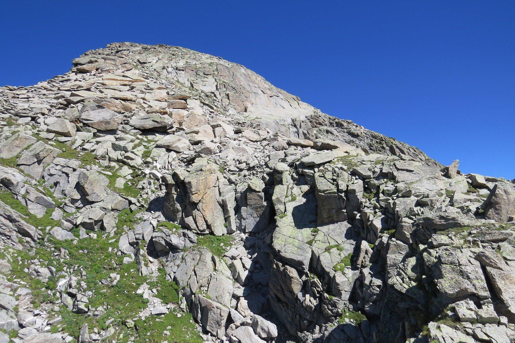 Dal passo, la larga cresta finale per il Moncimour