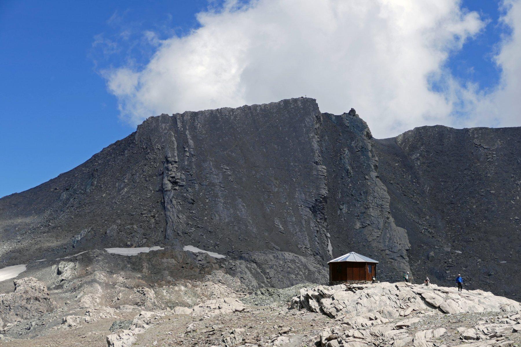 Il bivacco Boerio, posto a quota 3089 metri, dietro si staglia il Salza...
