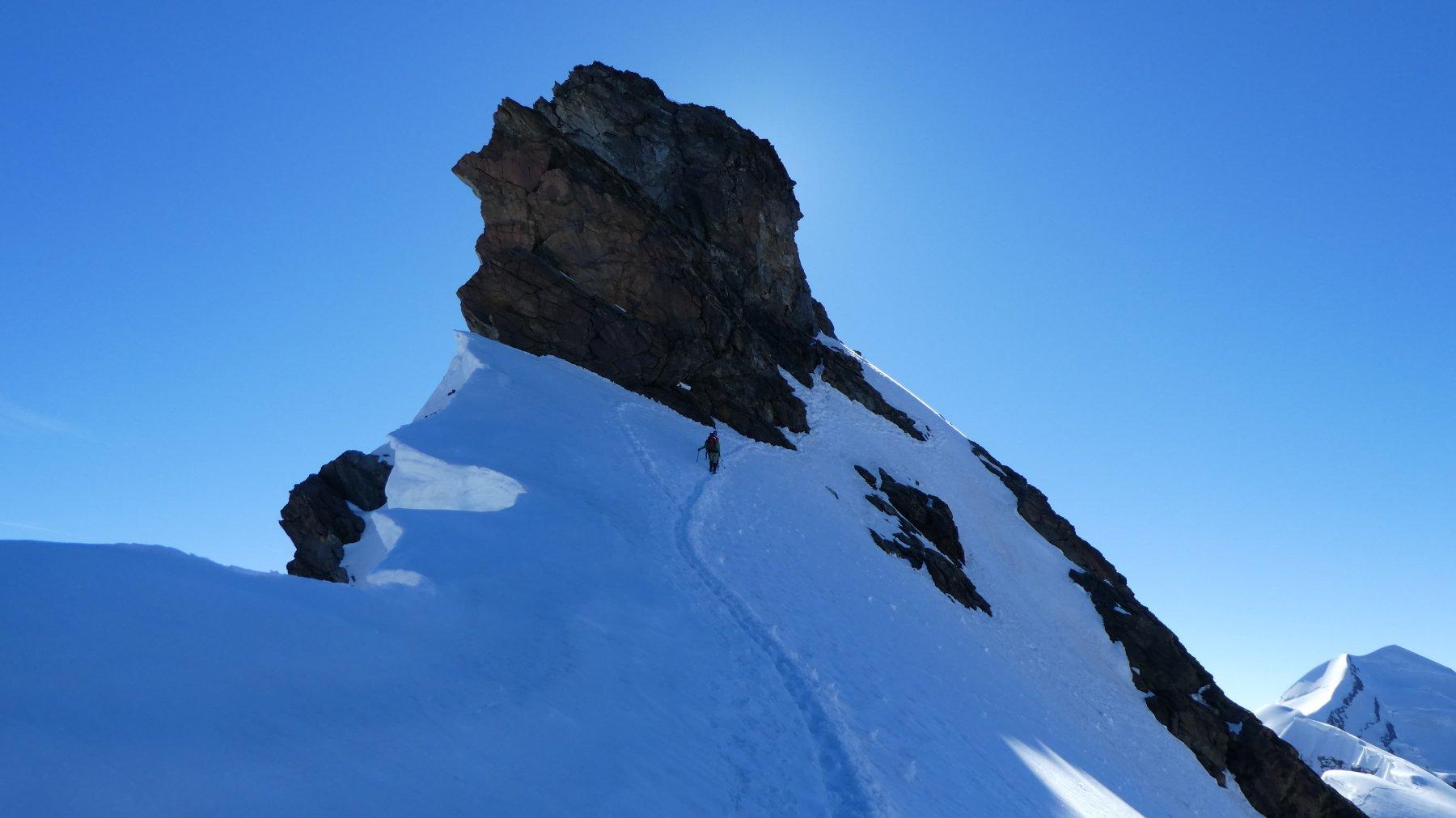 nella parte alta della cresta Ovest, sotto la cuspide rocciosa terminale