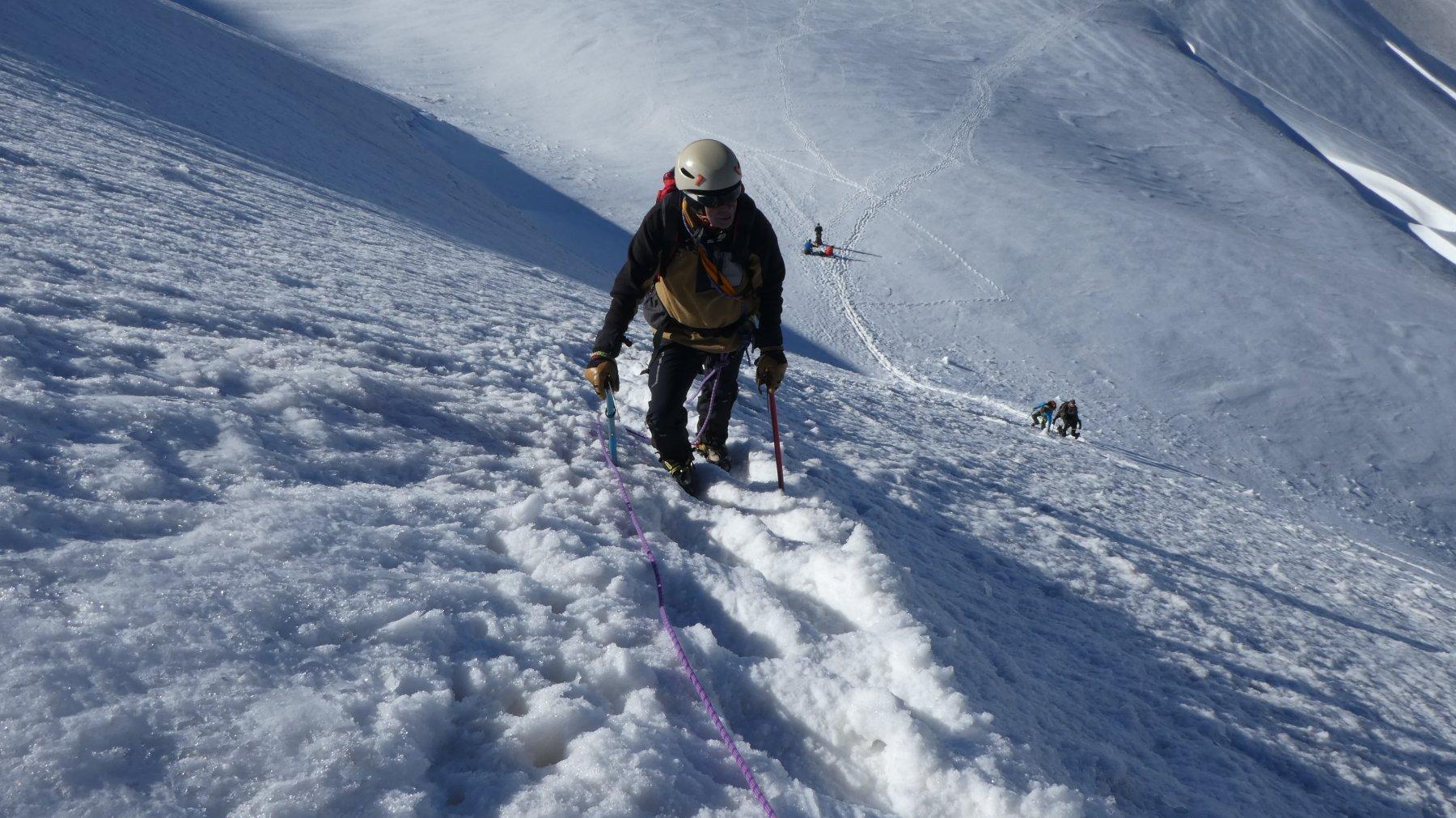 risalendo la ripida rampa nevosa che porta al colletto di quota 4014 m (Finestra del Breithorn)