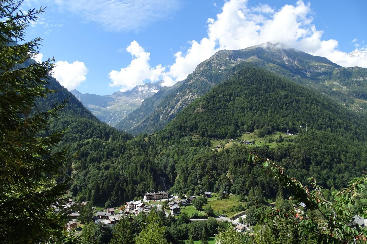 vista sul fondovalle e sull'imbocco della Val Quarazza