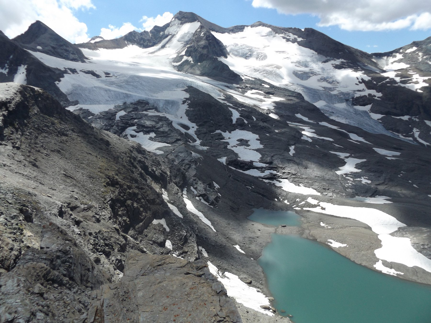 Grand e Petit Aiguille Rouge con lago glaciale