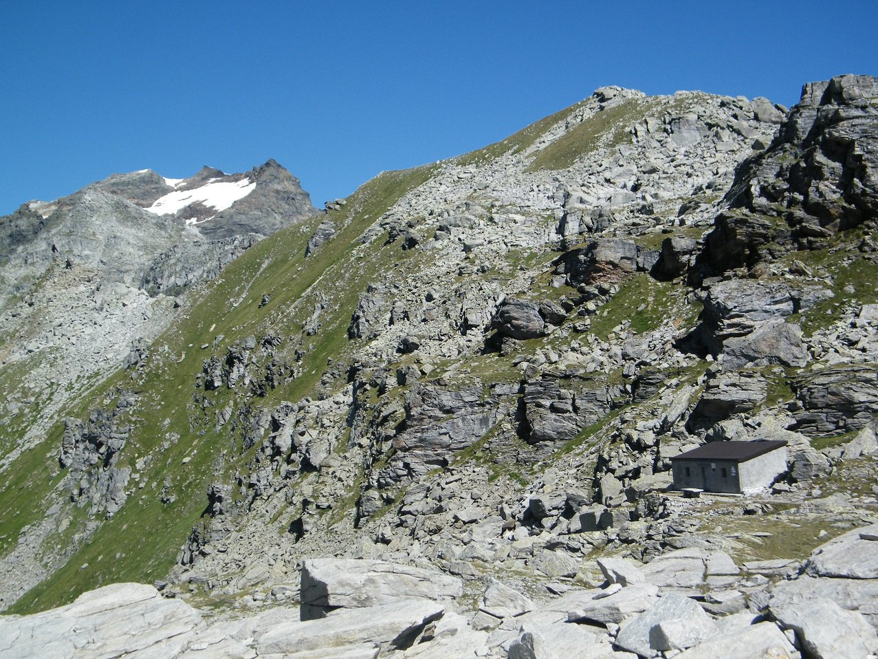 La P.ta della Scatta ed il Bivacco Conti visti dal lato Sud del valico.