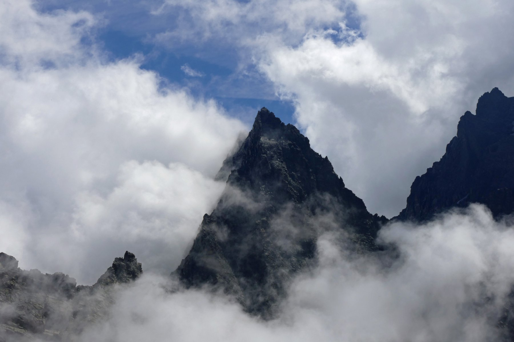 Il Visolotto compare tra le nubi
