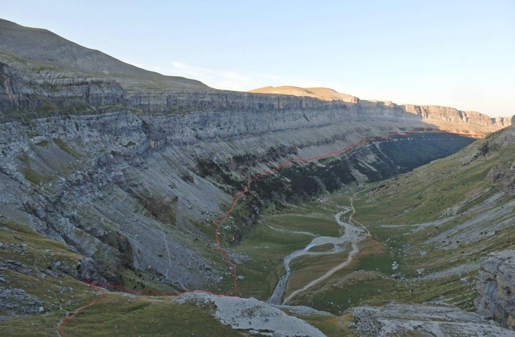 Valle de Ordesa in rosso la traccia per la Faja de Pelay.