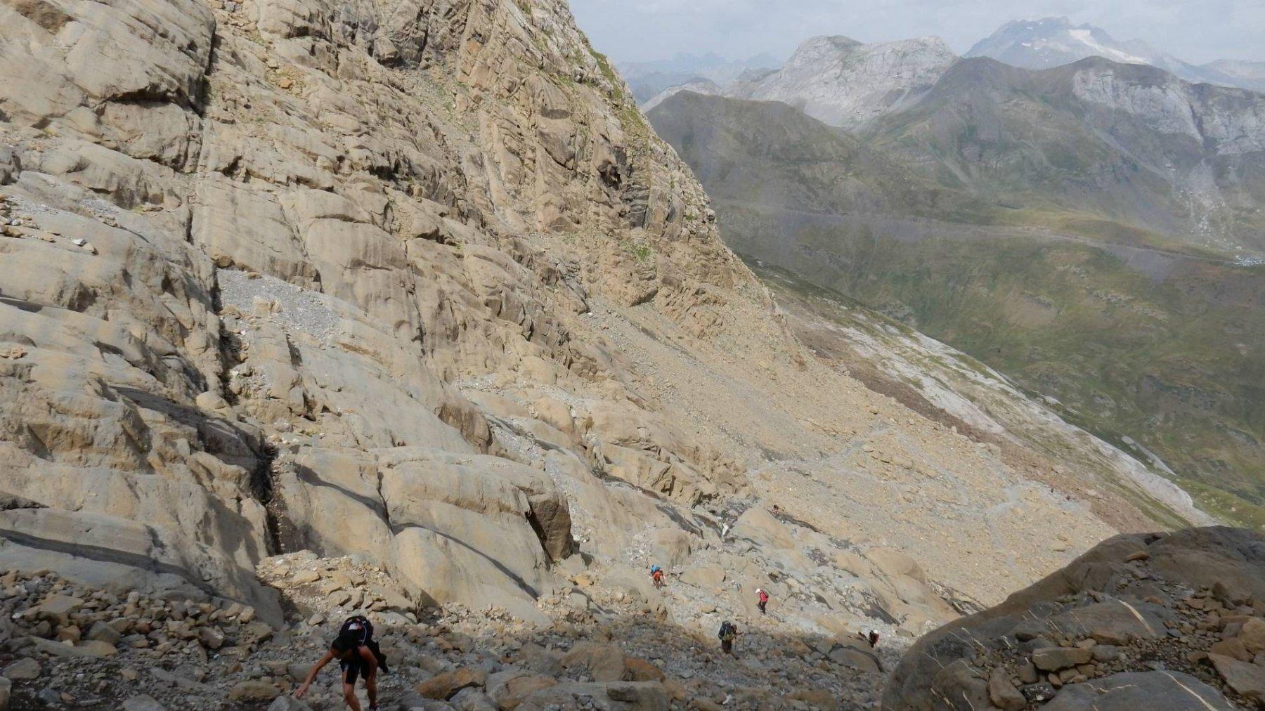 Saliamo il vallone tra le rocce montonate.