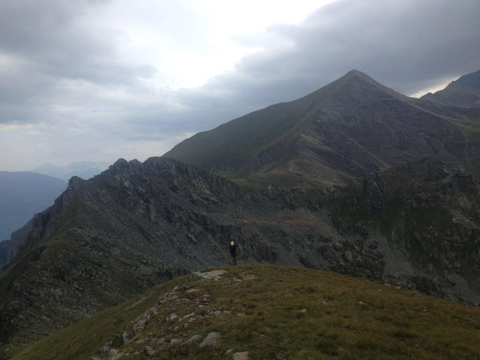 Salendo sulla Costa Fenera dopo aver seguito la cresta Sullo sfondo il Palon)