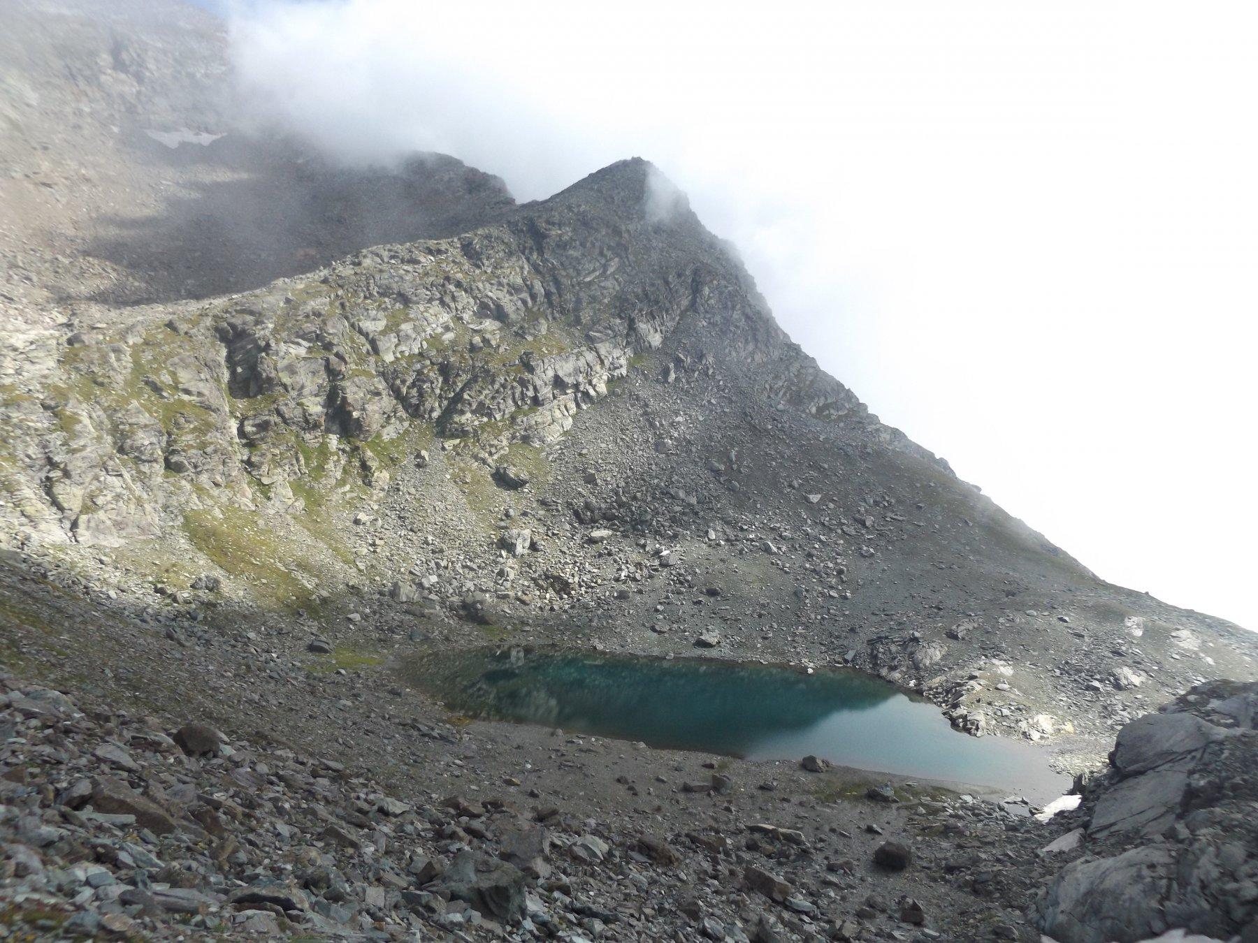 Lac Gele e cresta del Glacier con nebbia in arrivo