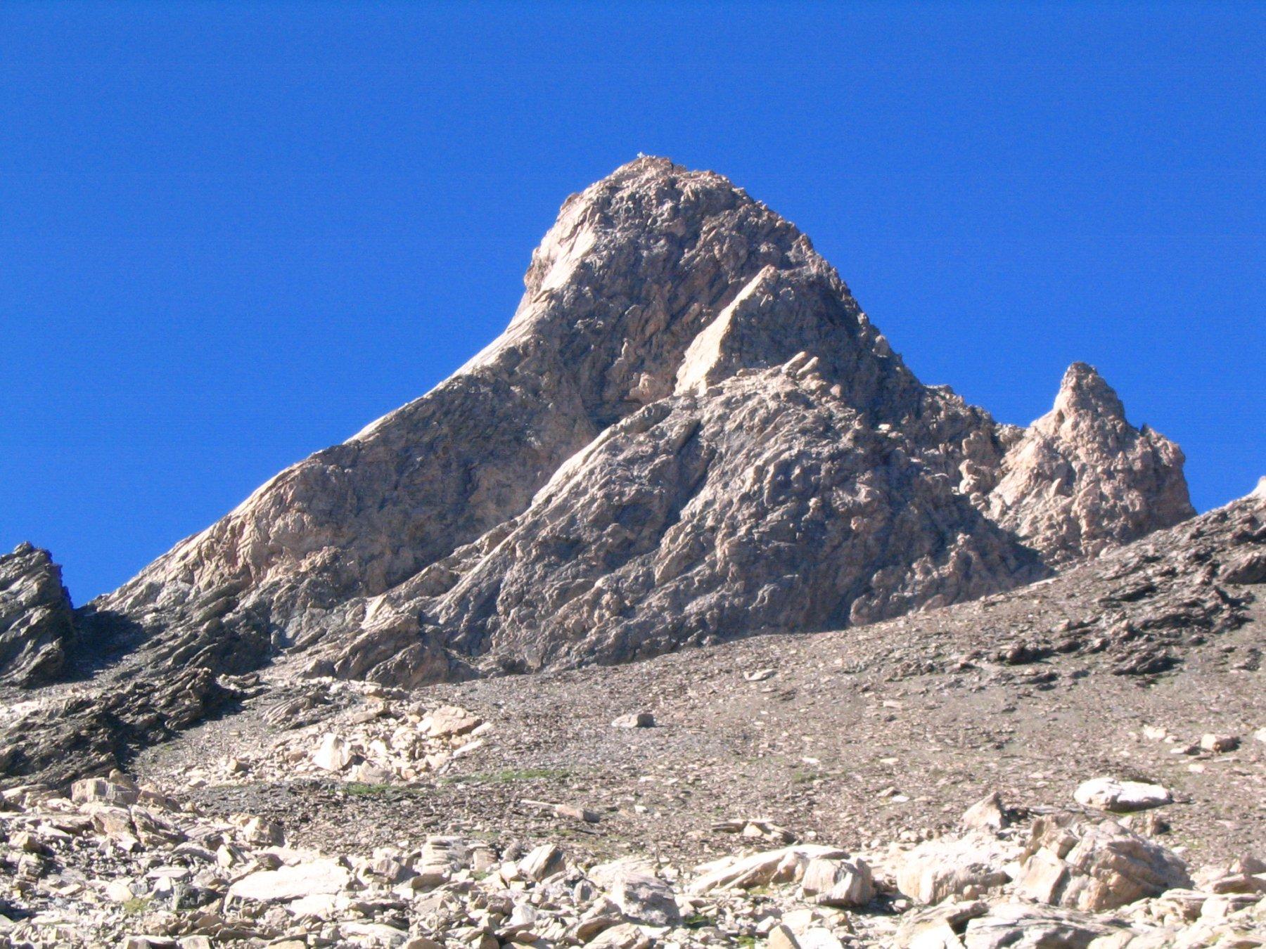Il Pic visto dal ghiaione. A destra la cresta SE, a sinistra la SO (AD+)
