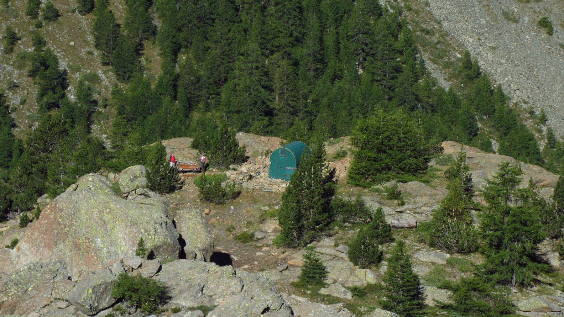 Il bivacco forestale nei pressi del bivio per il colle di Bella Lana