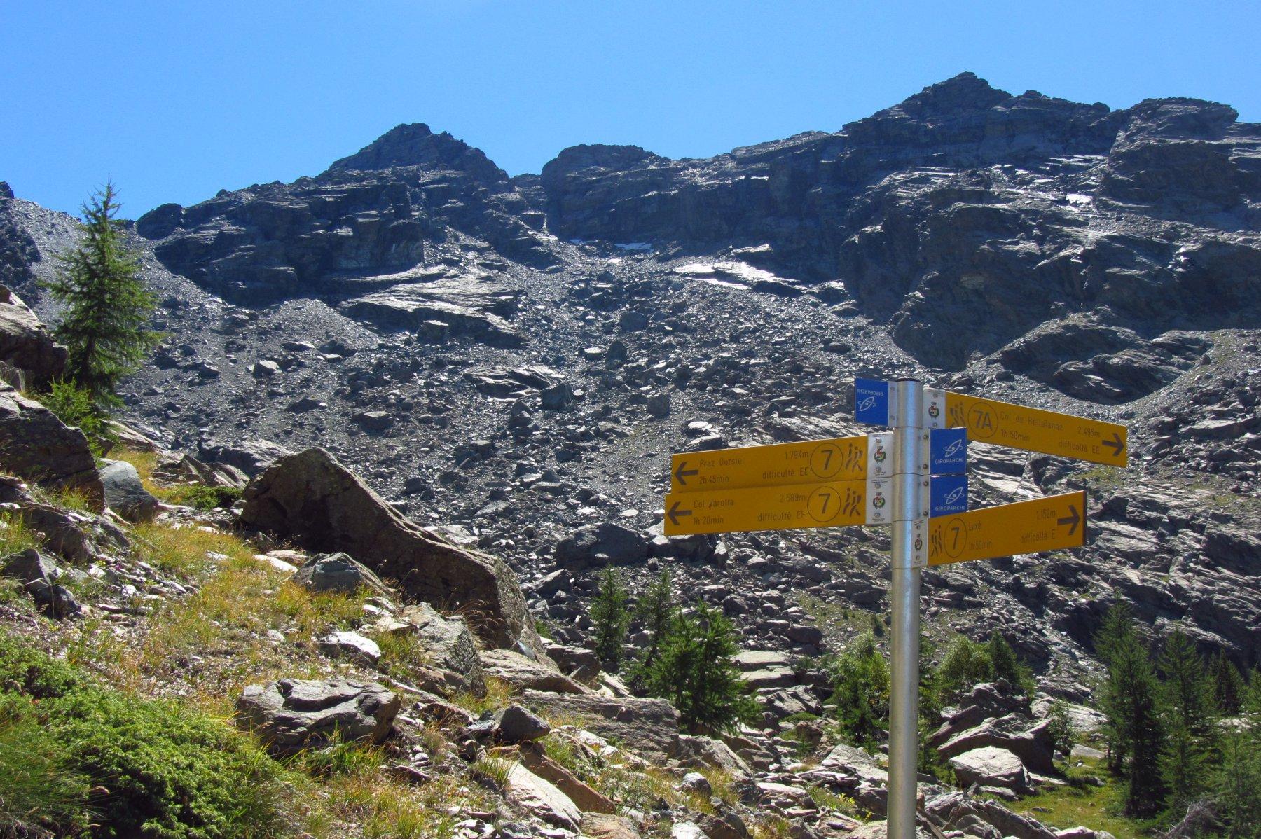 Il bivio per il colle di Bella Lana. Sullo sfondo il Mont Avic