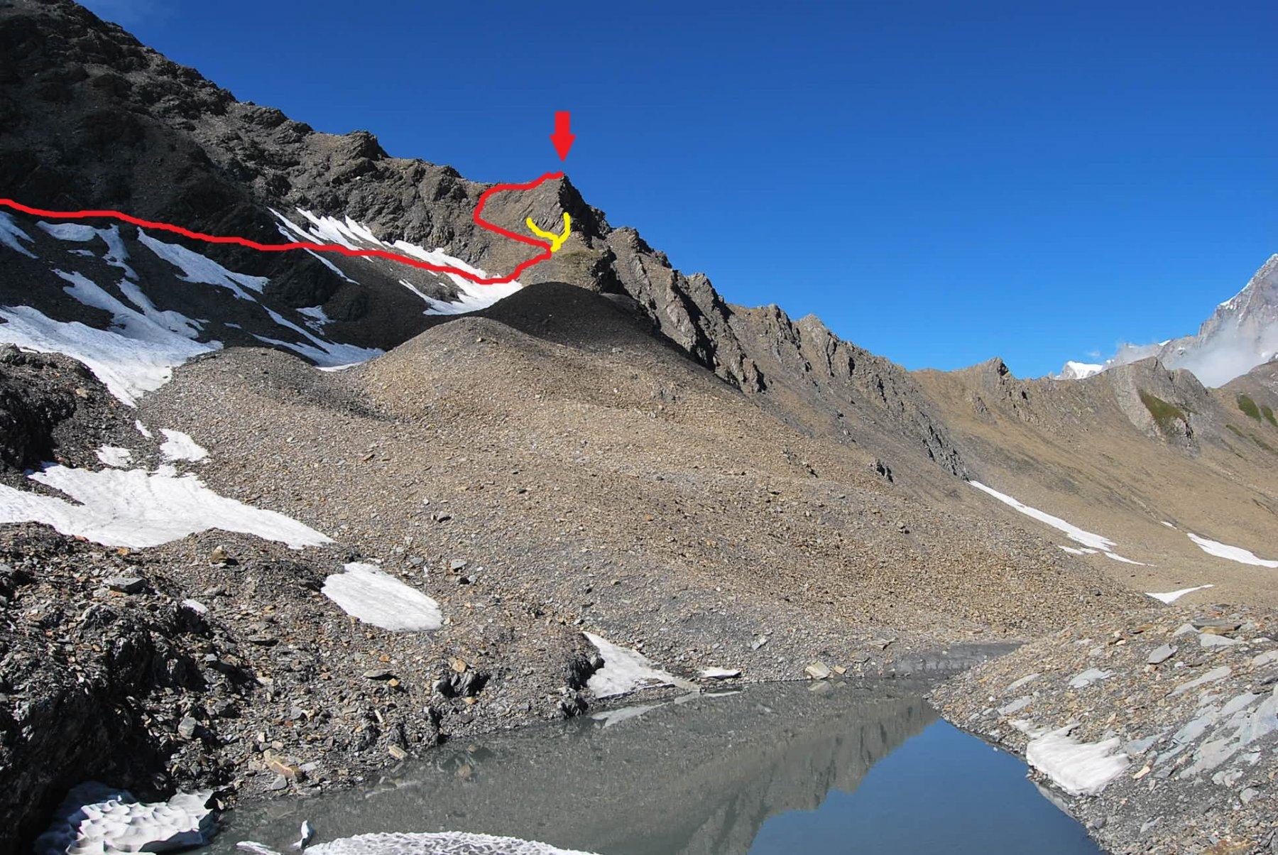 Via di salita dal Lac de la Belle Combe, che attraversa il canalone; in giallo i due tentativi falliti a ridosso delle roccette, troppo friabili. La salita non è iniziata dal lago ma arriva da un precedente tentativo di salita in cresta