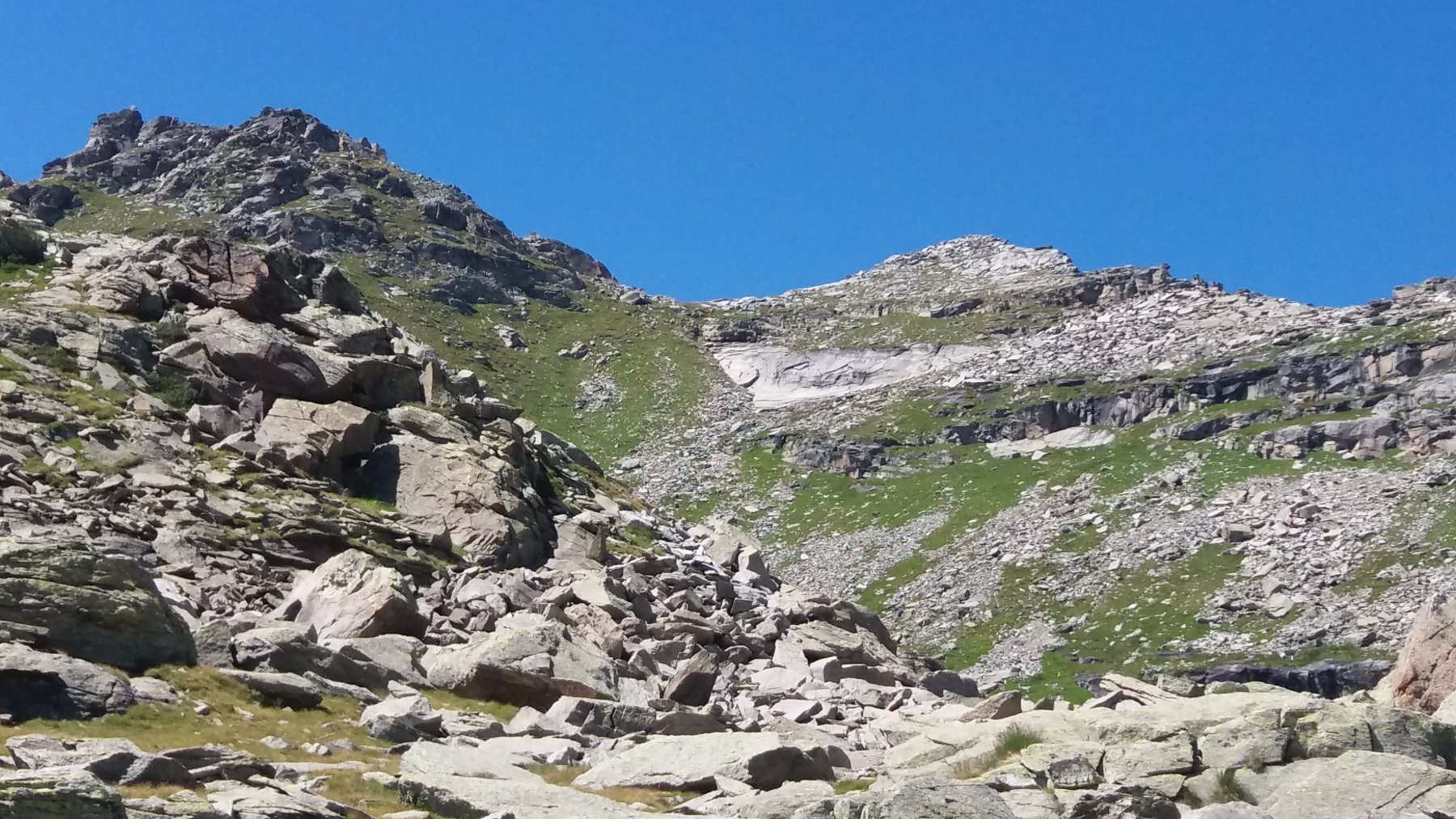 La cima e la zona di rocce lisce alla sua base