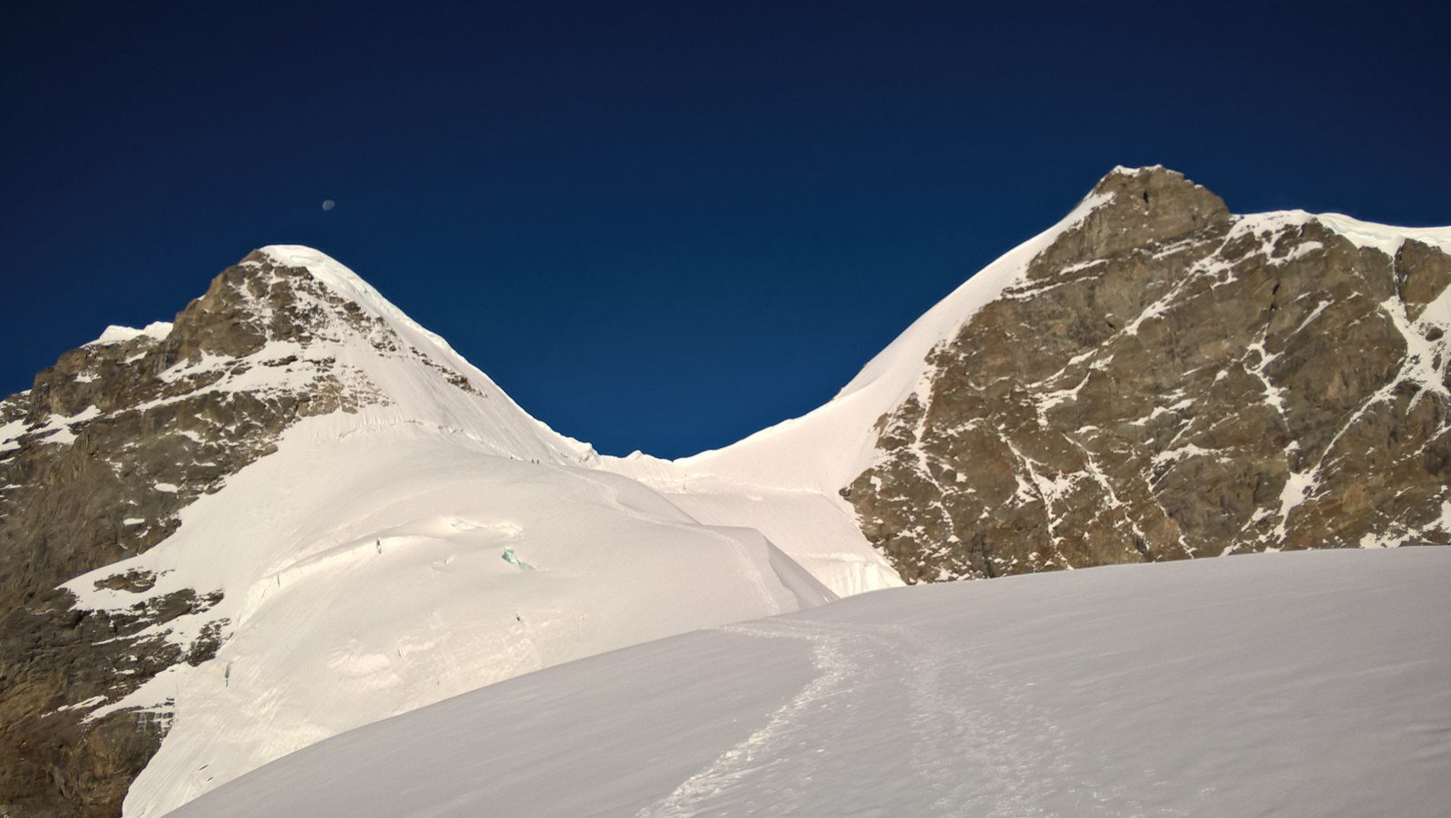 A sx il Rottalhorn e a dx la Jungfrau