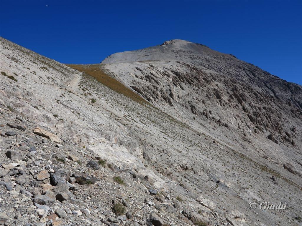 Paesaggio lunare lungo la discesa francese, nel centro a destra un fortino del Vallo Alpino, in alto una delle Torri dello Chaberton