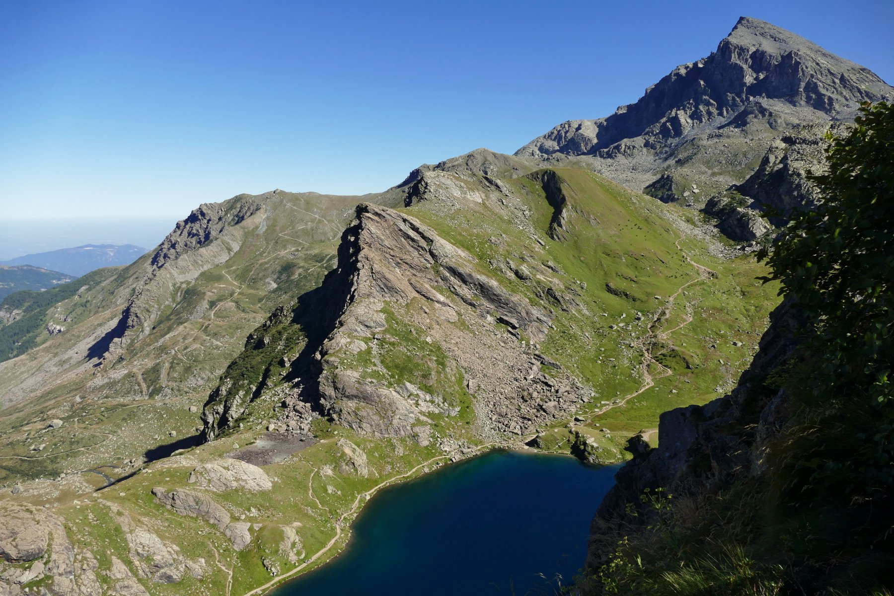 Scendendo verso Pian del Re vista sul Lago Fiorenza e Viso Mozzo