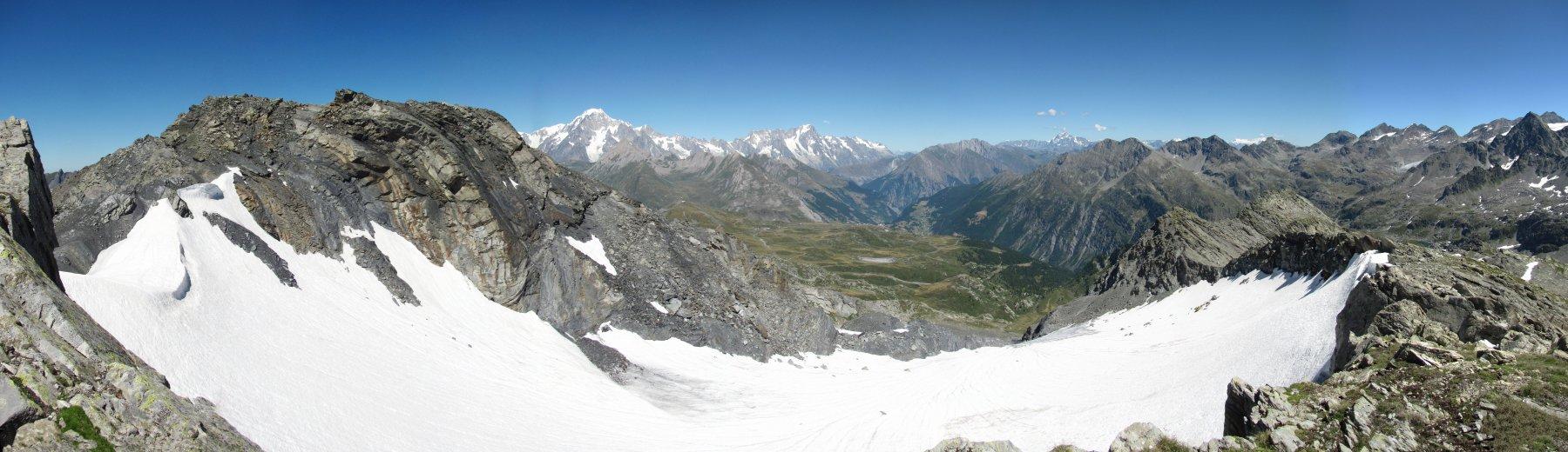 Panorama verso les Suches e la catena del Bianco, con Cima Centrale a sin. e Cima Orientale in fondo a ds. del ghiacciaio
