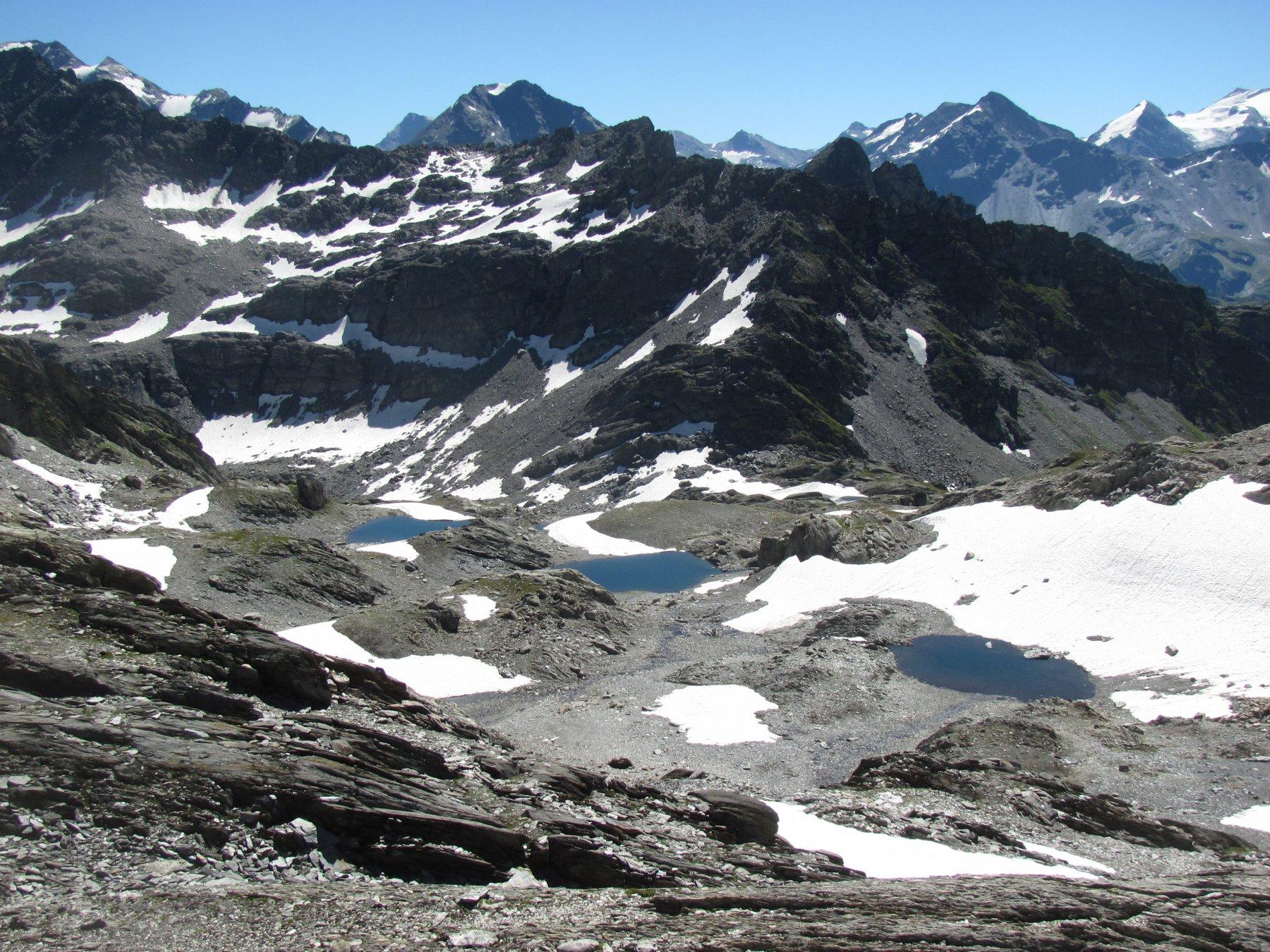 Alcuni dei laghetti nell'alto vallone di Belle Combe; sfondo cime Valgrisenche