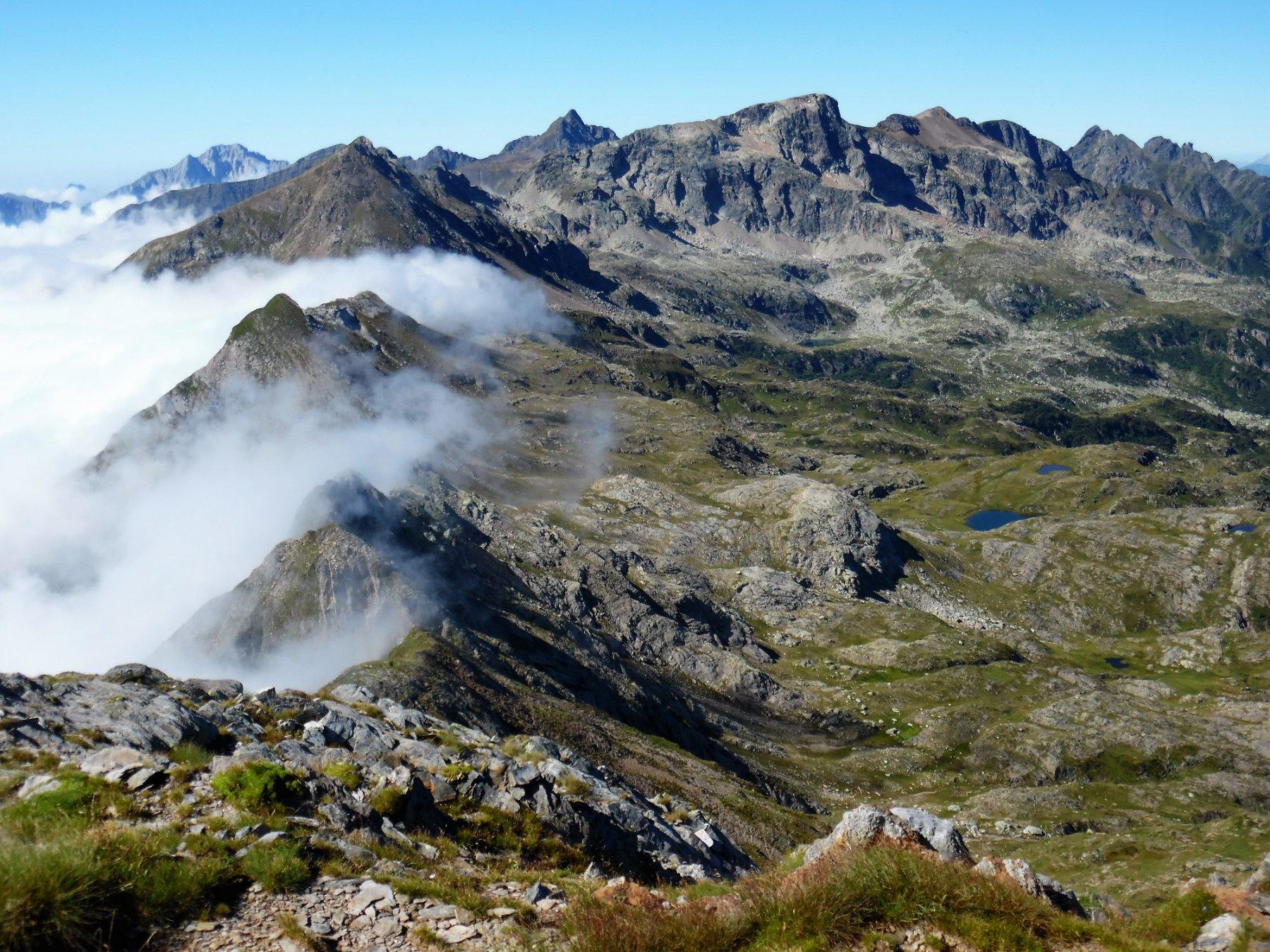 Cresta nelle nuvole. Dietro l'Arera, il Pradella e il Cabianca