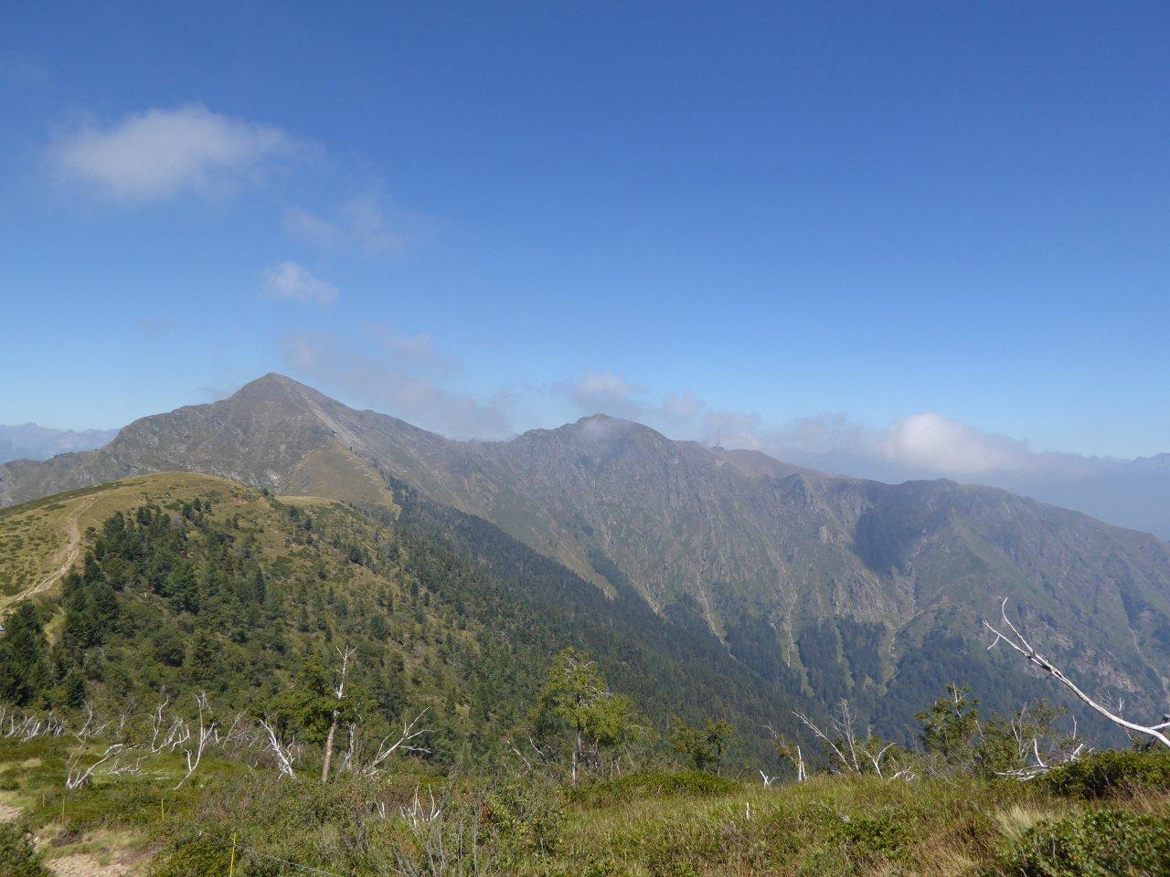 monte Tamaro -e percorso fino all'omonimo rifugio- fotografato lungo il tratto di discesa dal monte Gradiccioli