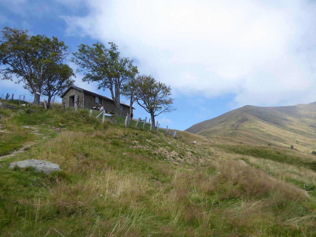 punto intermedio -con baita- a metà percorso, in prossimità del monte Pola (a dx)