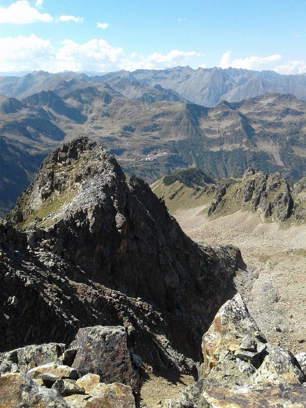 La cresta percorsa vista dalla cima centrale