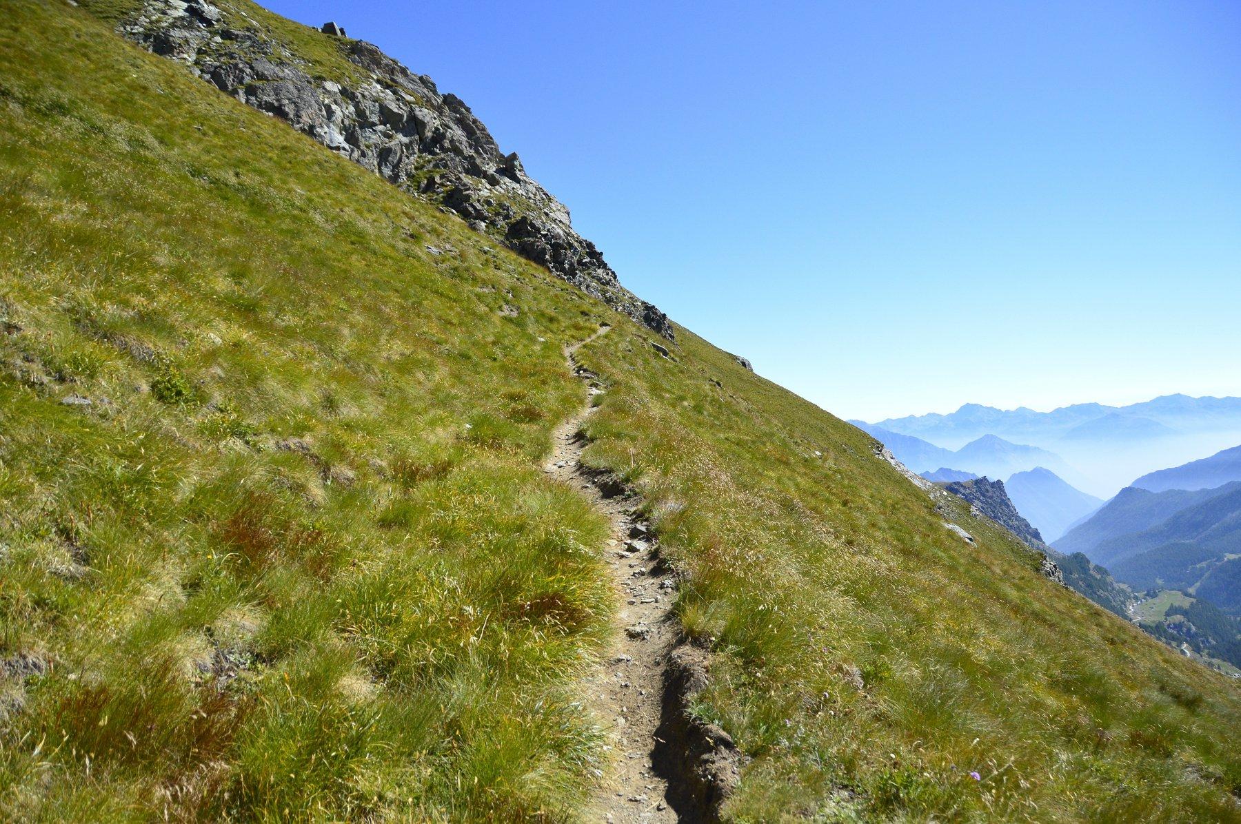 Il sentiero taglia le ripide pendici del mont Dela