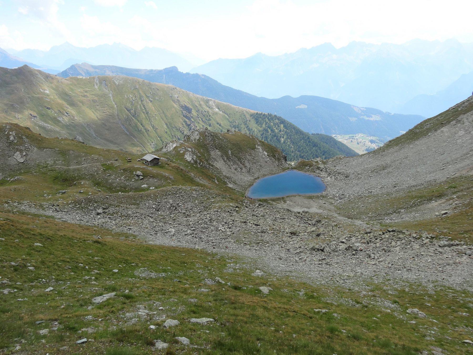 il bel bivacco e lago sotto al colle vessona