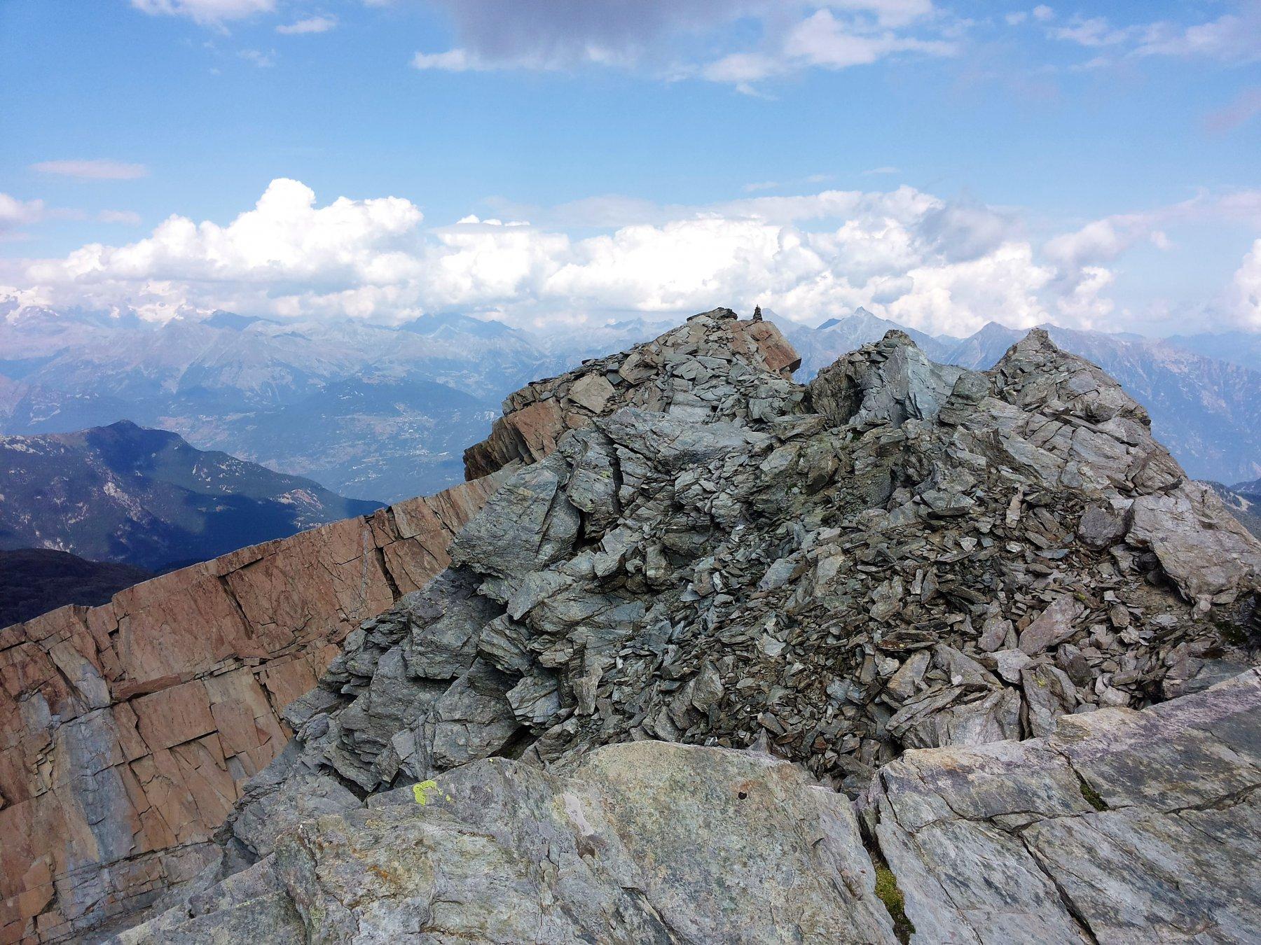 la linea di cresta, panoramica e un po' sfaldata